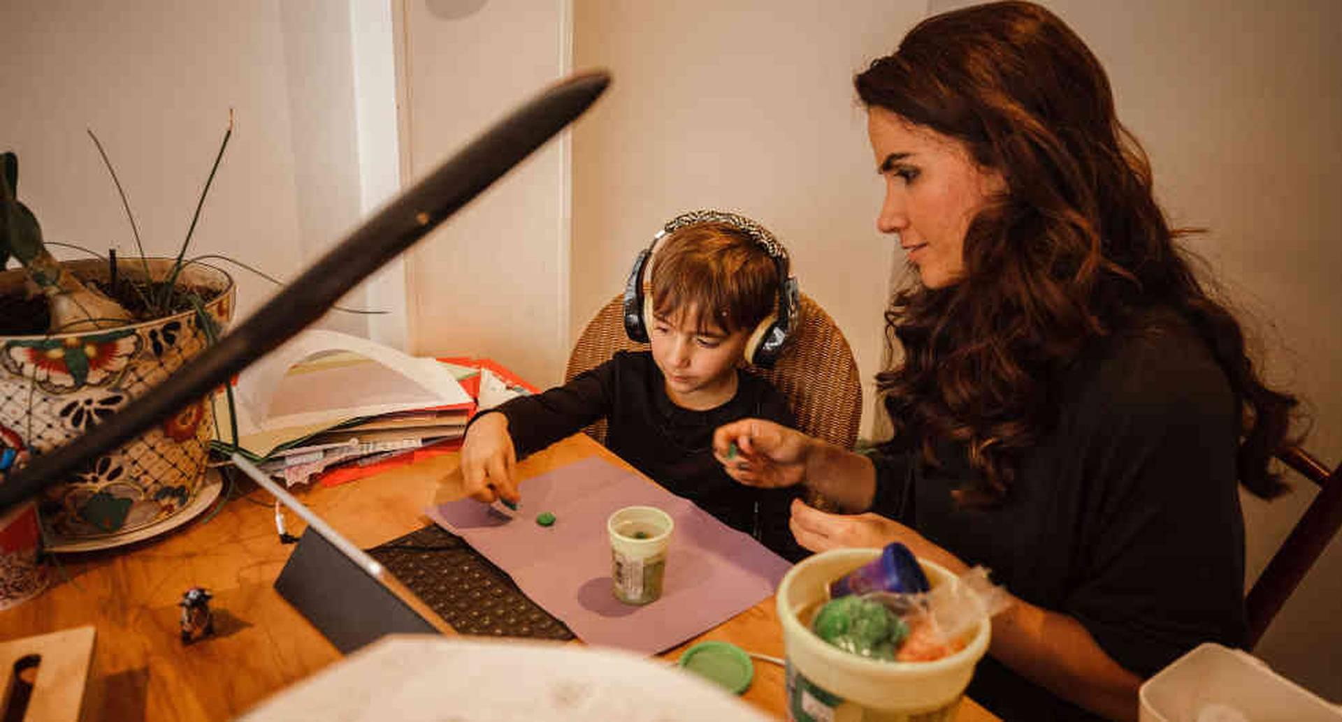 Manuela Villa y su hijo Elias | Educación Colombia Coronavirus