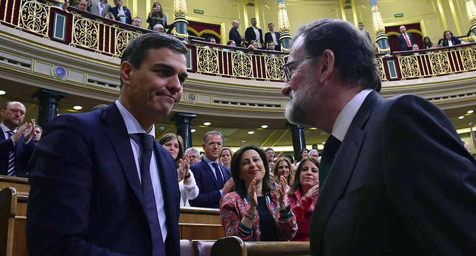 El 2 de junio, después de una moción de censura contra Mariano Rajoy, el líder del PSOE, Pedro Sánchez, asumió como nuevo presidente del gobierno español.