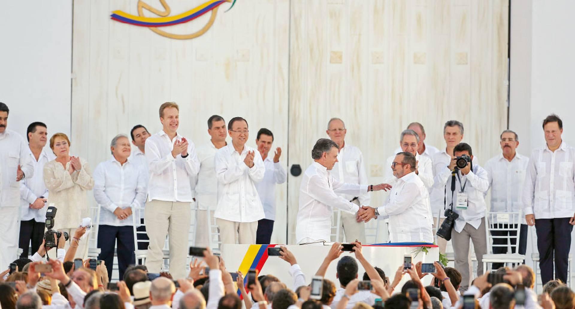 El 26 de septiembre de 2016, en cartagena, el entonces presidente JUAN MANUEL SANTOS y Rodrigo LOndoño, alias Timochenko, MÁXIMO COMANDANTE DE LAS FARC, FIRMARON EL ACUERDO DE PAZ