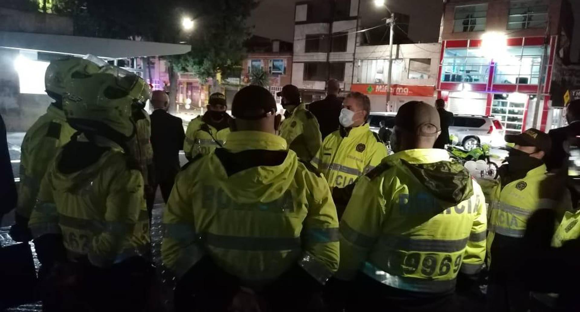 Vestido de policía, presidente Duque visitó por sorpresa los CAI de Castilla y Ferias, en Bogotá