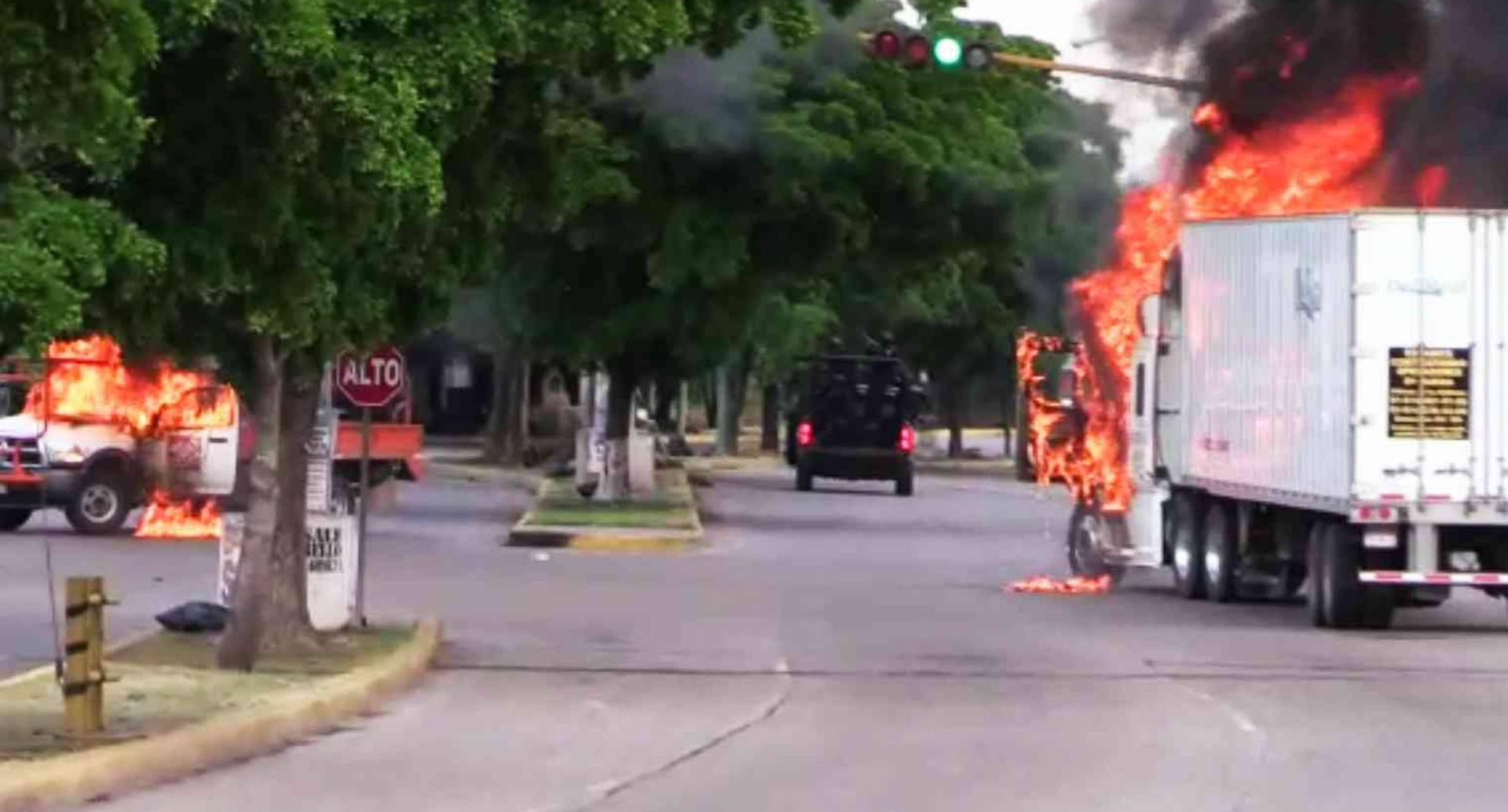 Culiacán sucumbió al caos. Ráfagas de balas, carros en fuego y sangre en el pavimento fueron el reflejo del horror.