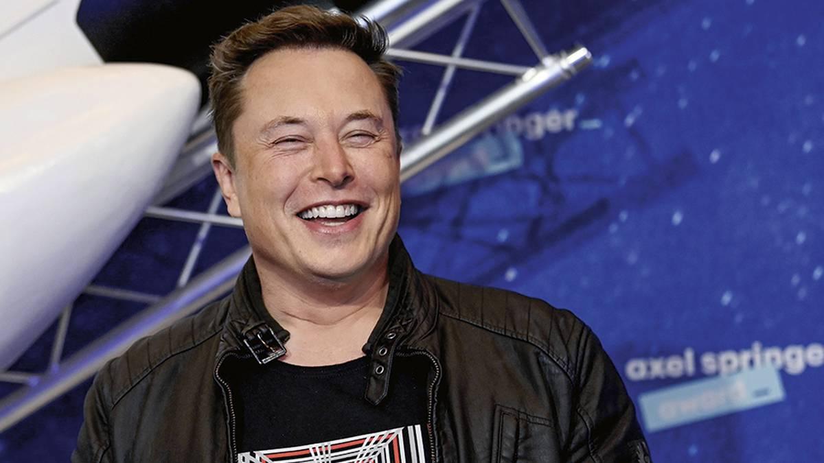 Elon Musk se ha ganado un sitio de honor entre los empresarios más innovadores y visionarios de nuestros tiempos. Trabaja 100 horas a la semana, pero su empeño y dedicación le han dado su recompensa: hoy es el hombre más rico del mundo.