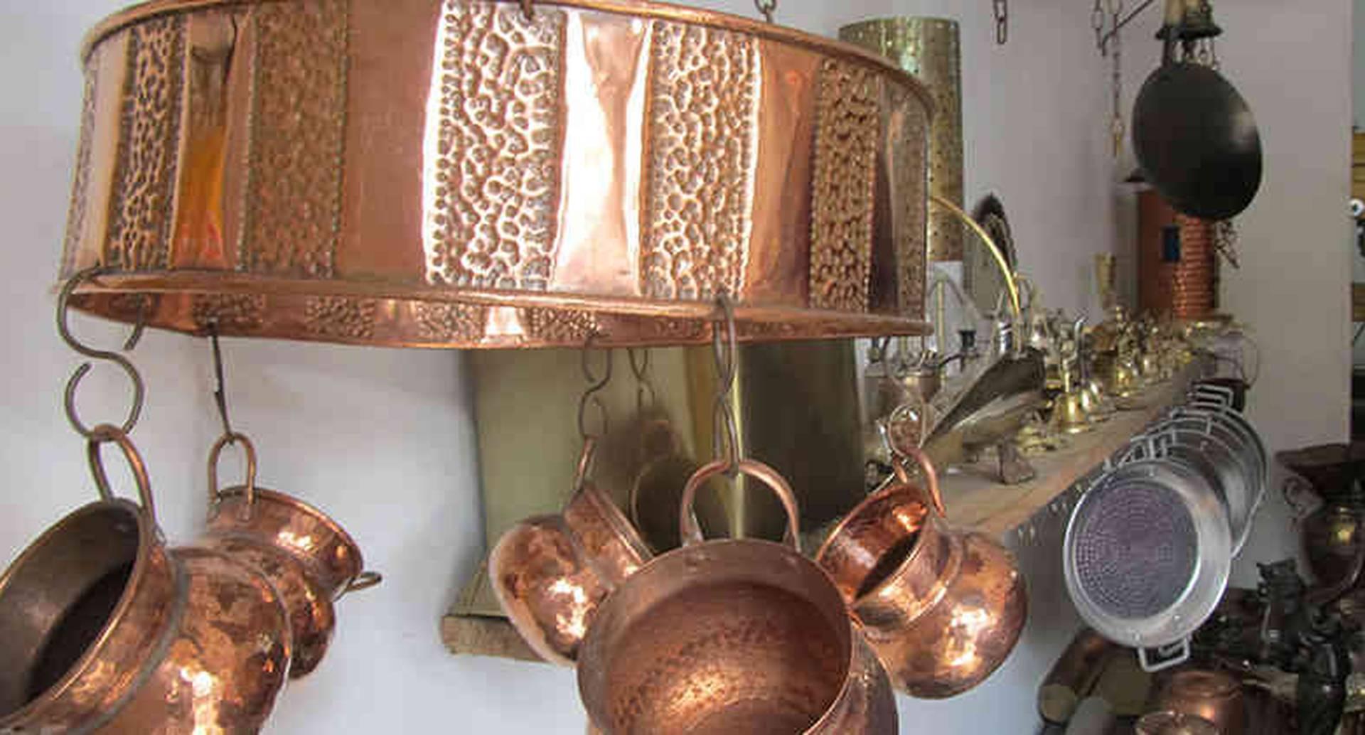 Para estas artesanías los gitanos solo usan fuego, martillo y los ungüentos familiares, no usan técnicas modernas y en ocasiones recurren al taladro o cortador eléctrico. Fotografía vía: Vanessa López Suaza.