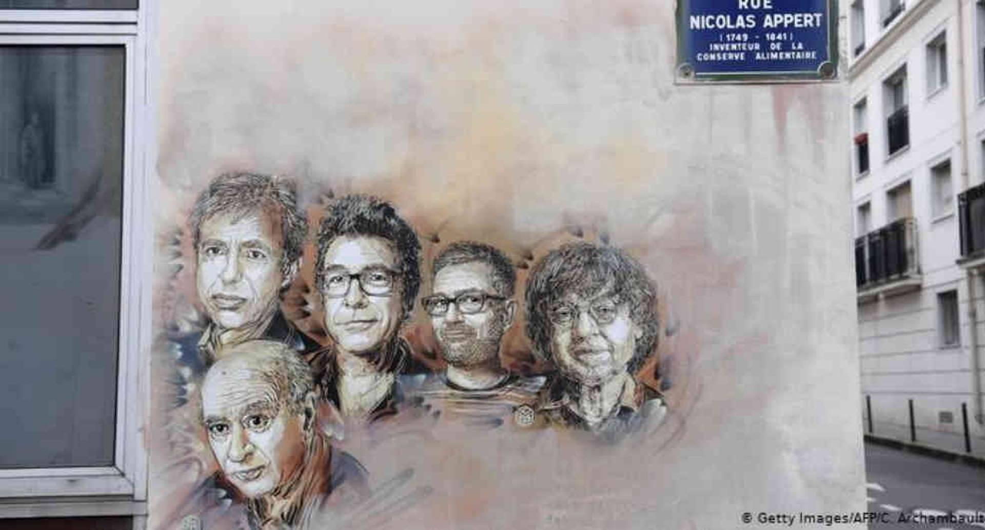 Un mural con los rostros de las víctimas del terrorismo islamista de 2015 en la redacción de Charlie Hebdo.