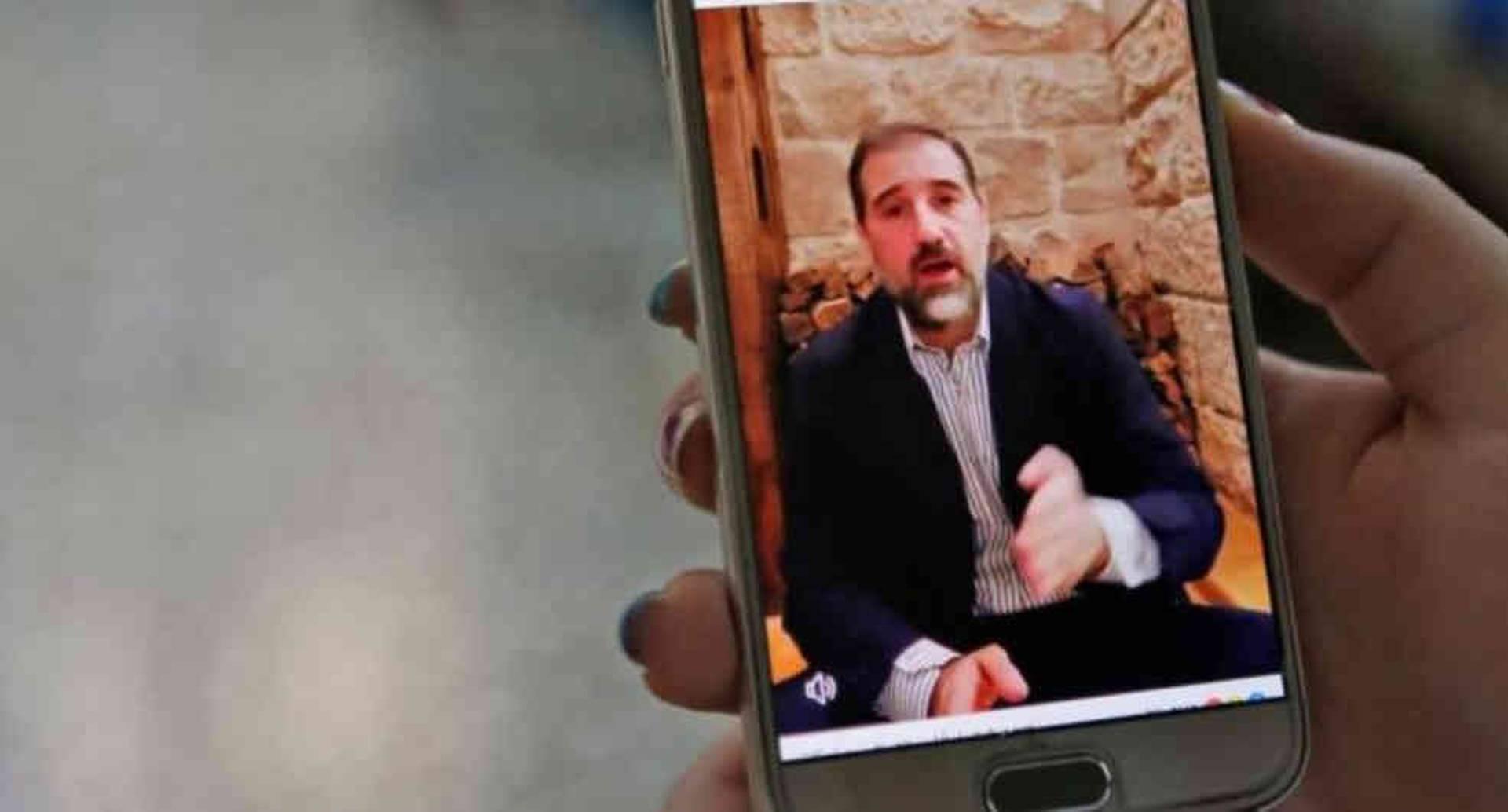 En un mes, Rami Makhlouf ha publicado tres videos en internet en los que se queja sobre el trato que recibe. Esta semana, el ministerio de Justicia le impuso una prohibición temporal a viajar fuera del país.