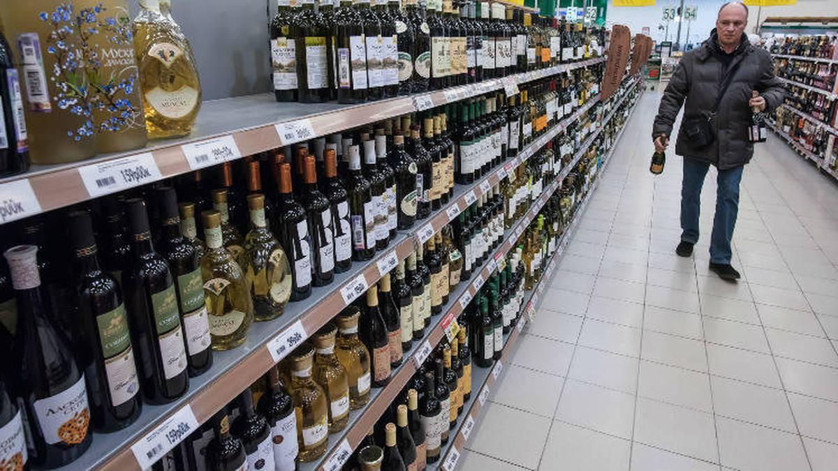 Ley 88 de 1923, que prohíbe la venta de las bebidas alcohólicas a los menores de edad e impone sanciones a quienes comercialicen todo tipo de trago a los enajenados, ebrios o a personas que usualmente abusan del alcohol y que se afectan notoriamente con su consumo. Si se cumpliera esta ley, bajaría sustancialmente el nivel de alcoholismo entre los adolescentes. Foto: 123RF /  Igor Akimov