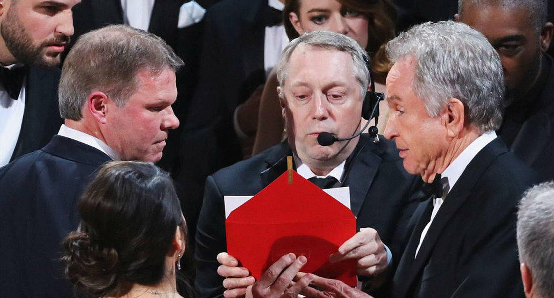 En este momento los organizadores estaban confirmando que en realidad la producción que se llevaba el premio a Mejor Película sería 'Moonlight'. Foto: AFP.