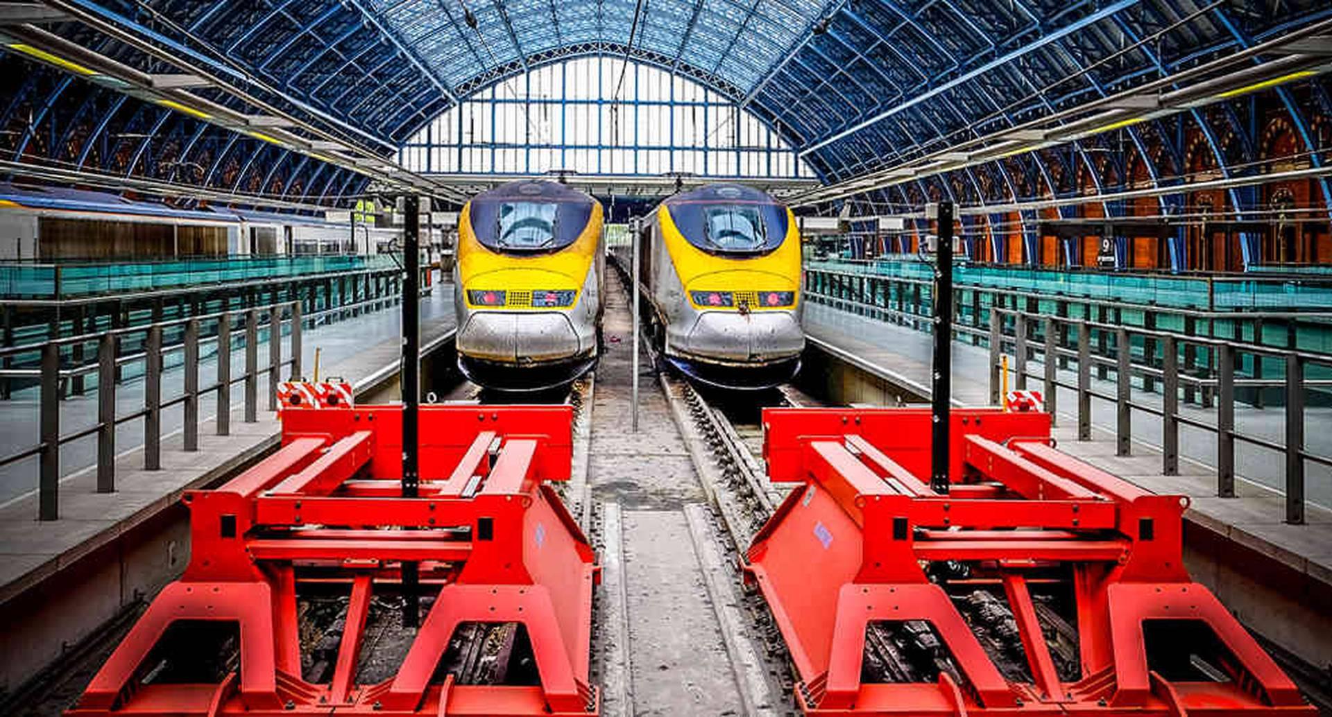 El sistema ferroviario de Estados Unidos y algunos en el Reino Unido fueron financiados dando tierras en reposición o el derecho a comprar los terrenos cercanos a las vías.