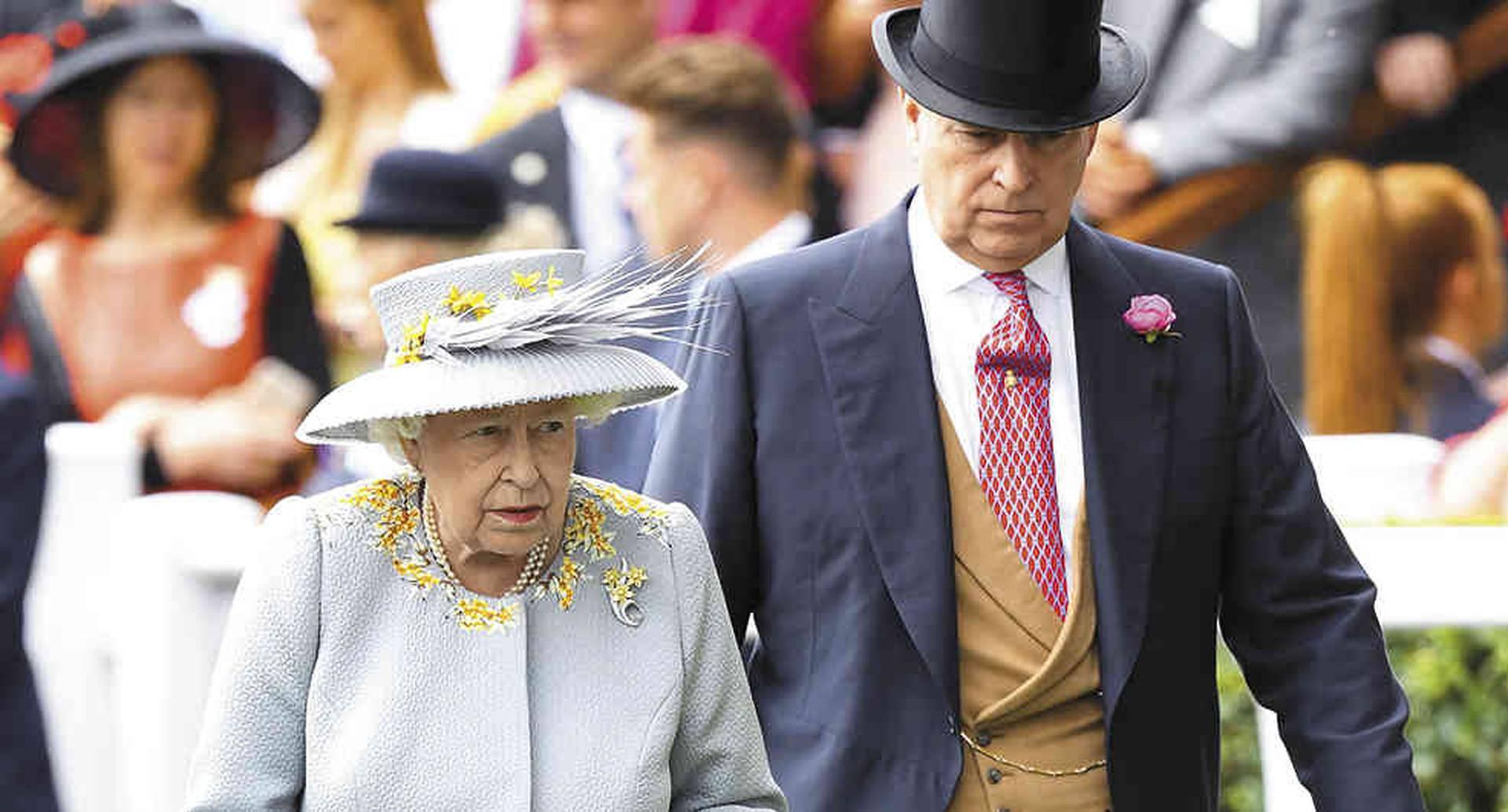 Mostrándose con él en público, la reina Isabel ha expresado su apoyo a su hijo ante el deterioro de su imagen por el escándalo.