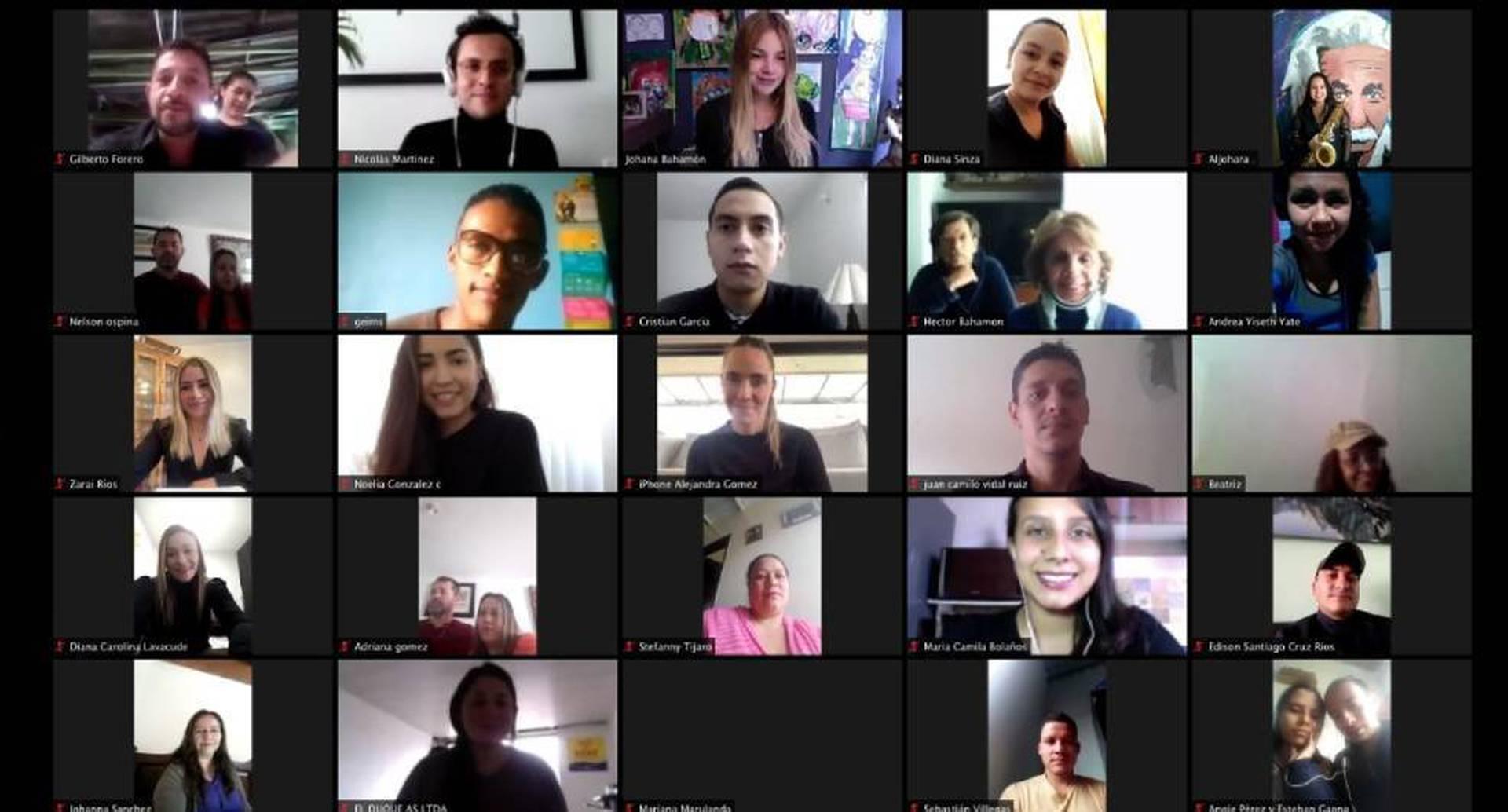 Los estudiantes se conectaron por videollamada para recibir su diploma.