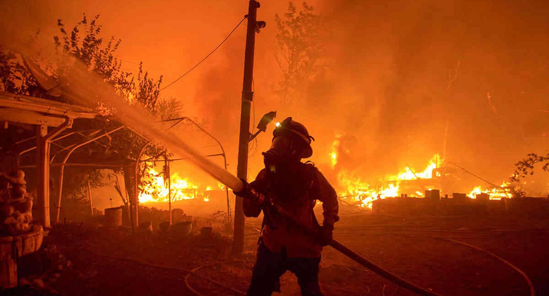 Un bombero trabaja contra el incendio del lago Hughes en el Bosque Nacional Ángeles, el miércoles 12 de agosto de 2020, al norte de Santa Clarita, California. Foto: Ringo H.W. Chiu / AP