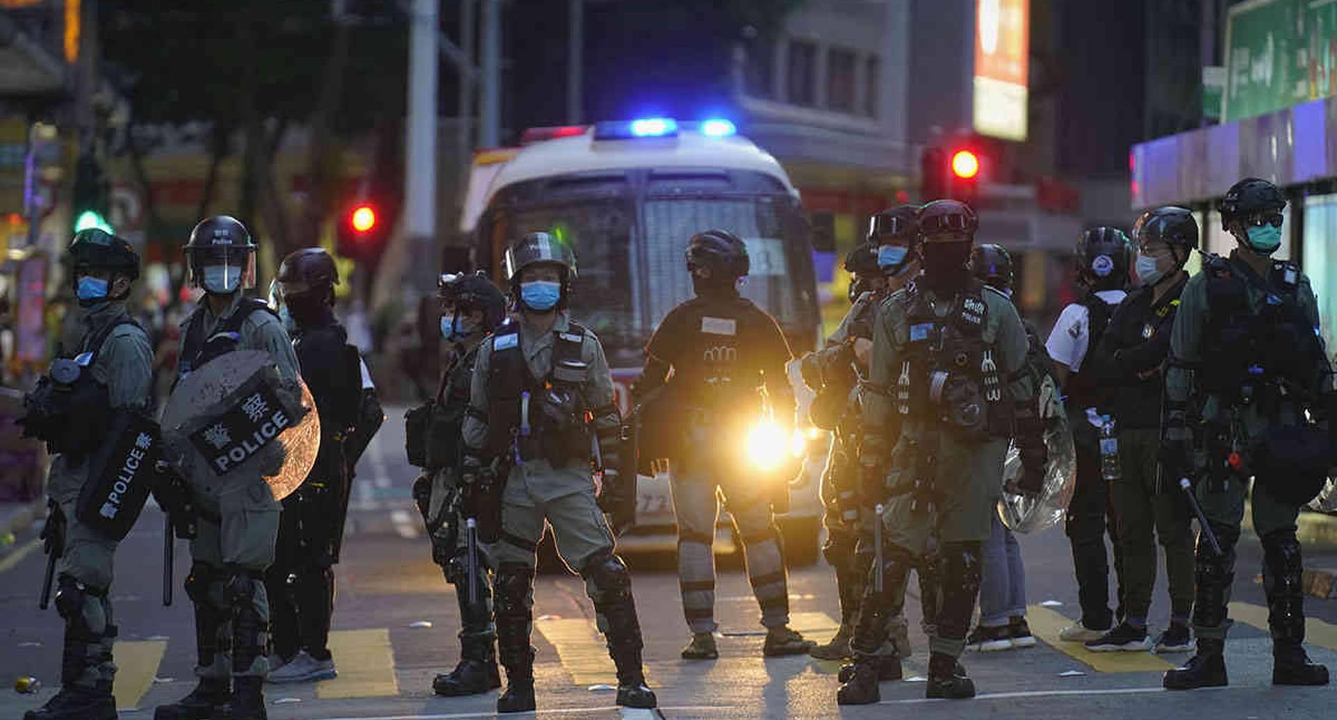 La policía hace guardia en una calle después de despejar un bloqueo de carretera durante una marcha que marca el aniversario de la entrega de Hong Kong desde Gran Bretaña a China, este miércoles 1 de julio. Hong Kong celebró el aniversario 23 de su entrega a China en 1997 solo un día después de que China promulgara una ley de seguridad nacional que toma medidas enérgicas contra las protestas en el territorio. Foto: Vincent Yu/AP