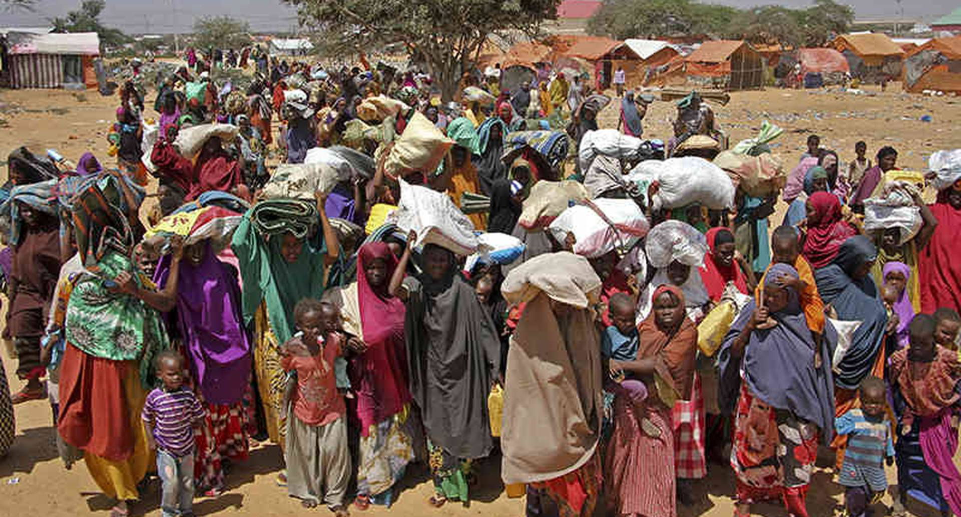 Los somalíes desplazados por la sequía, llegan a los campamentos improvisados en la zona de la Zonaha, en las afueras de Mogadiscio, Somalia, jueves 30 de marzo de 2017. La actual sequía de Somalia está amenazando a la mitad de la población del país (Foto del AP / Farah Abdi Warsameh)