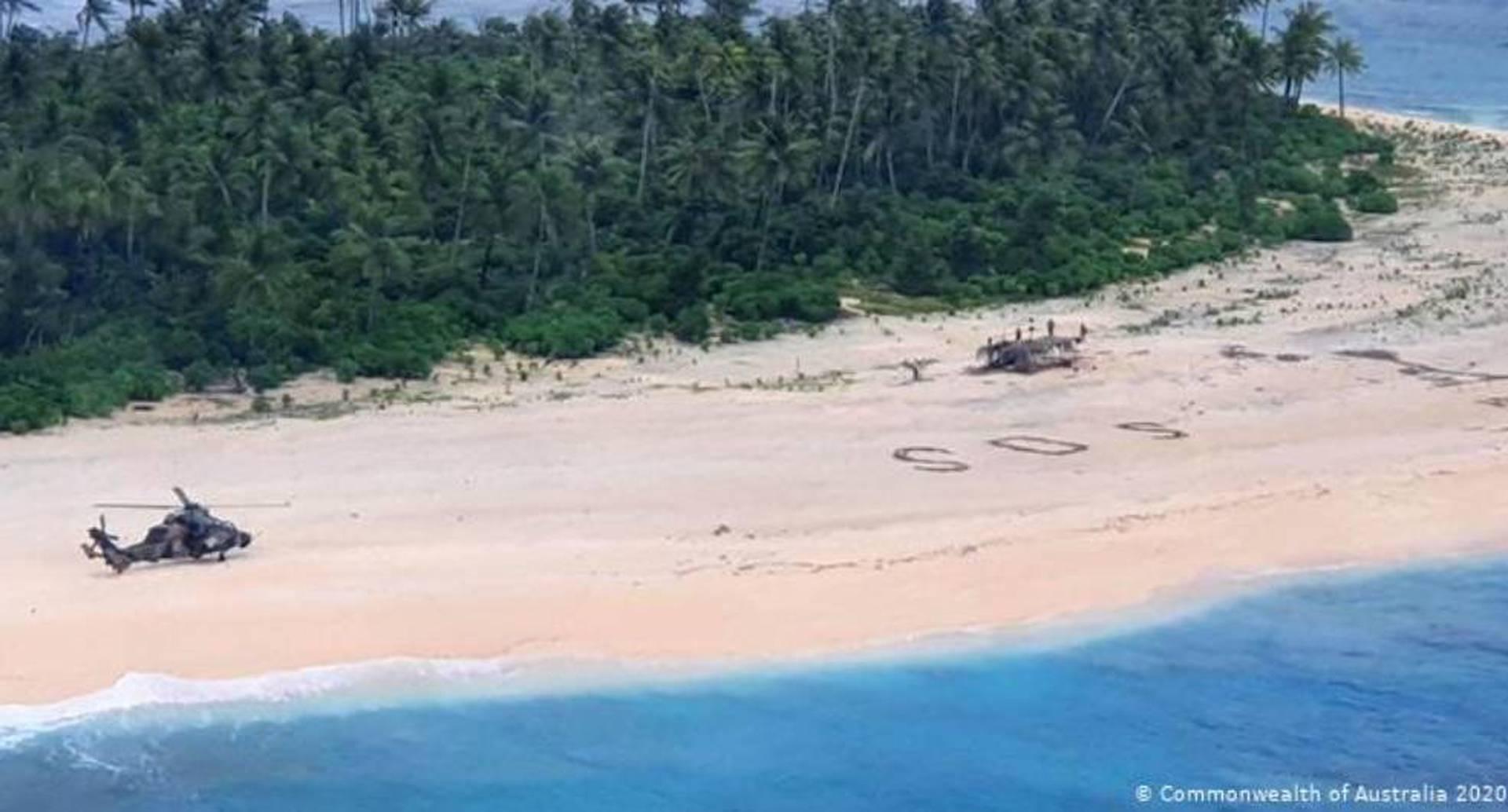 Naúfragos perdidos en Micronesia escriben SOS en la arena y son rescatados.