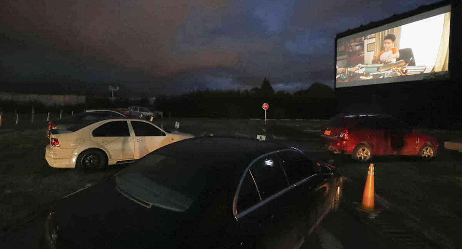 Los asistentes a las funciones de autocine disfrutan de las películas gracias a un sistema de transmisión FM que lleva el sonido directamente a sus carros. Guillermo Torres / Semana
