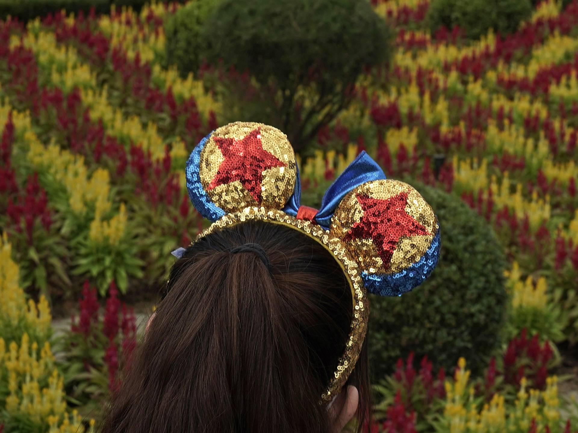 Una visitante usa un sombrero con las icónicas orejas de Mickey Mouse en Hong Kong Disneyland. (AP Photo/Kin Cheung)
