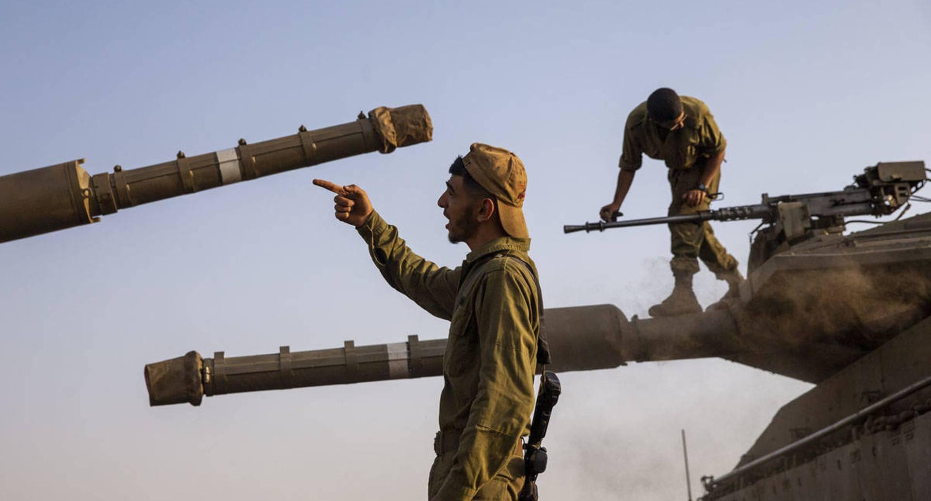 """Soldados israelíes, en plena tarea junto a sus tanques en los Altos del Golán, cerca de la frontera con Siria y no muy lejos de la frontera con Líbano. Foto del 28 de julio. El primer ministro del Líbano acusó a Israel de provocar una """"escalada peligrosa"""" a lo largo de la frontera en un intento de modificar el mandato de la fuerza de paz de la ONU en el sur del Líbano. Foto: Ariel Schalit / AP"""