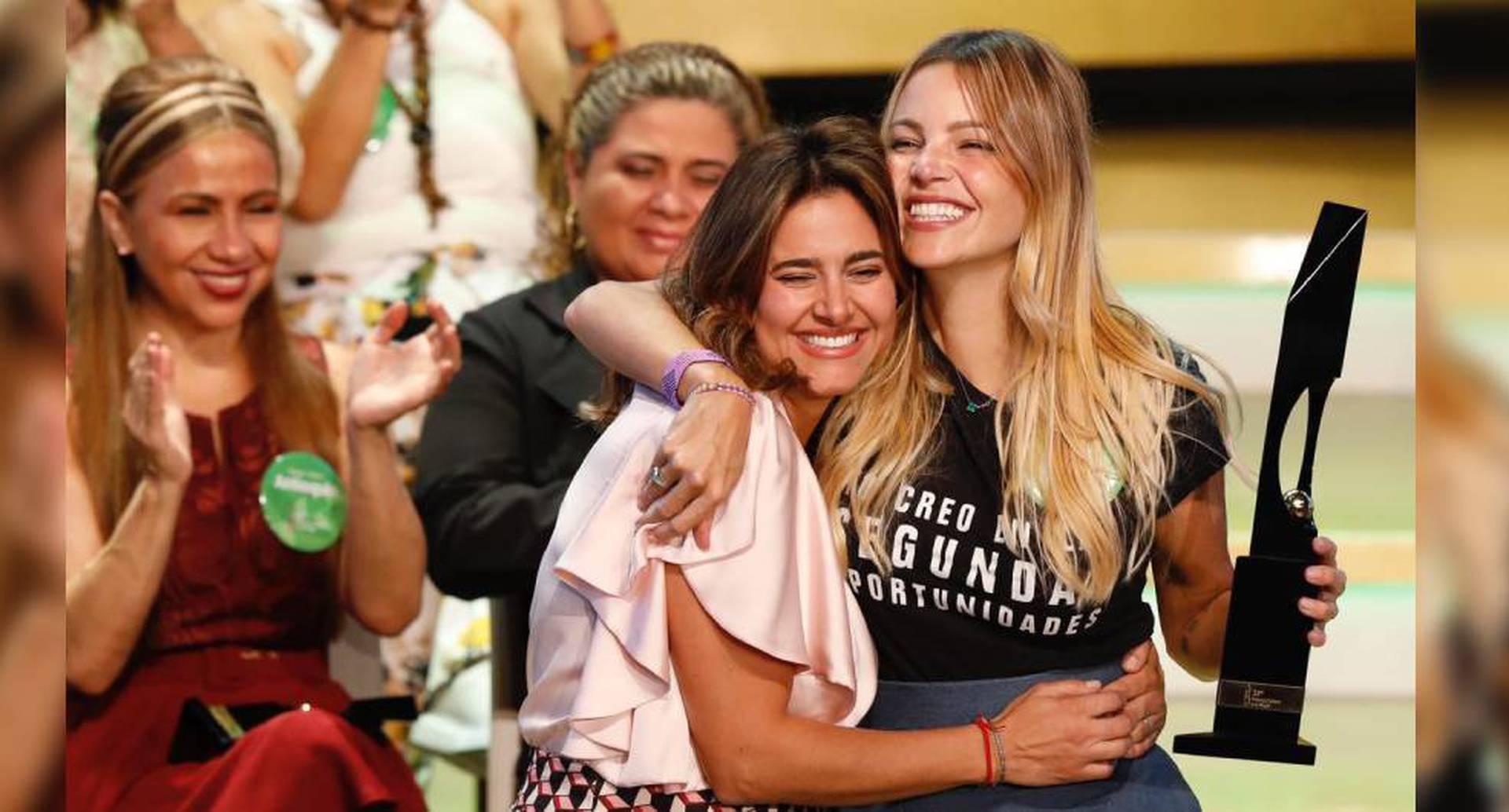 La primera dama, María Juliana Ruiz, le entregó el premio a Johanna Bahamón. Foto: Premio Mujer Cafam