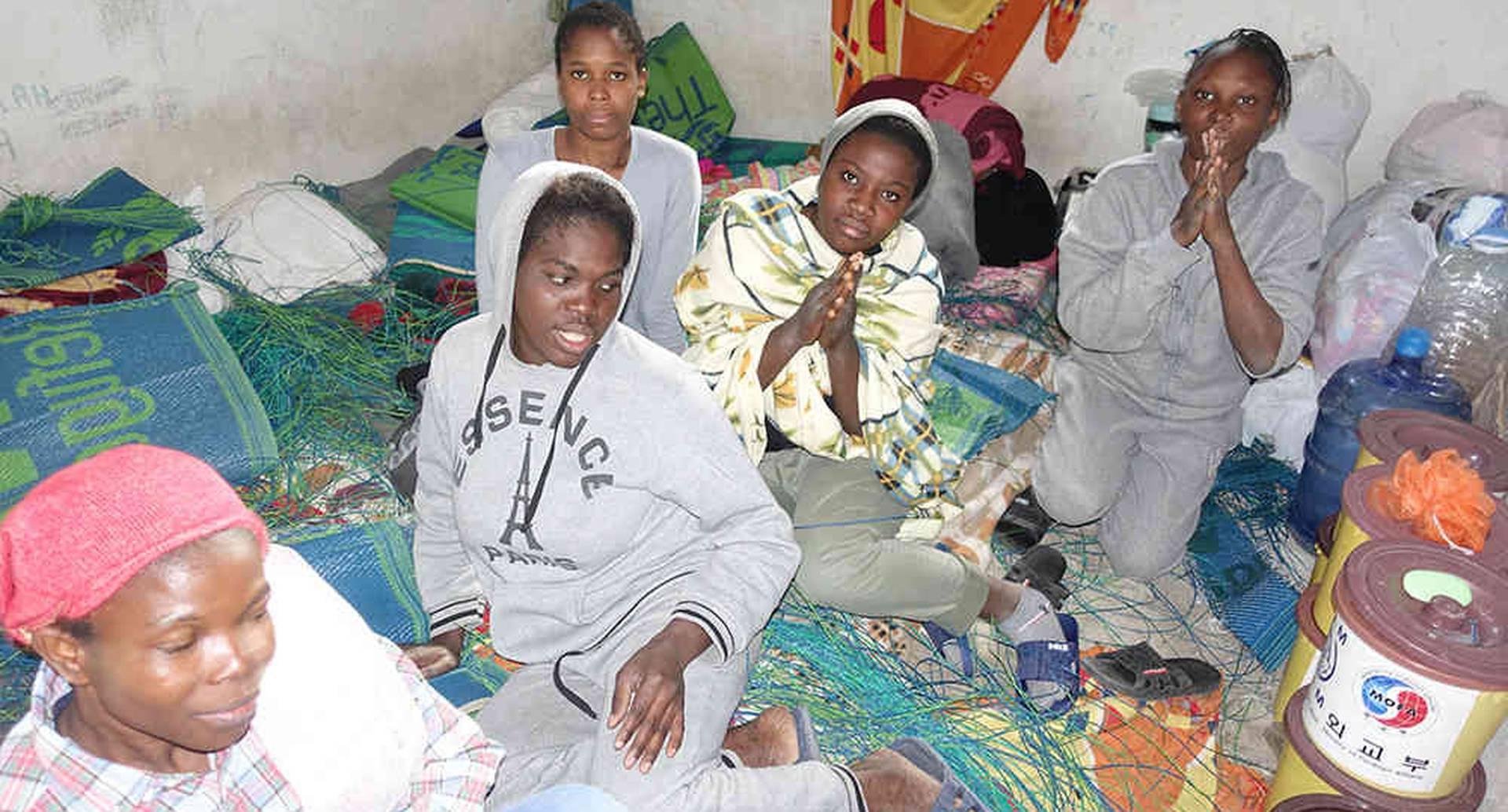Aproximadamente 40 presos en el centro de detención en el momento de la visita. Ellos reportaron ser de Nigeria y se mantuvieron aquí desde primer mes sin ningún contacto con el mundo exterior o sus familias en casa. Mujeres muy deprimidas y desesperas pidiendo ayuda.