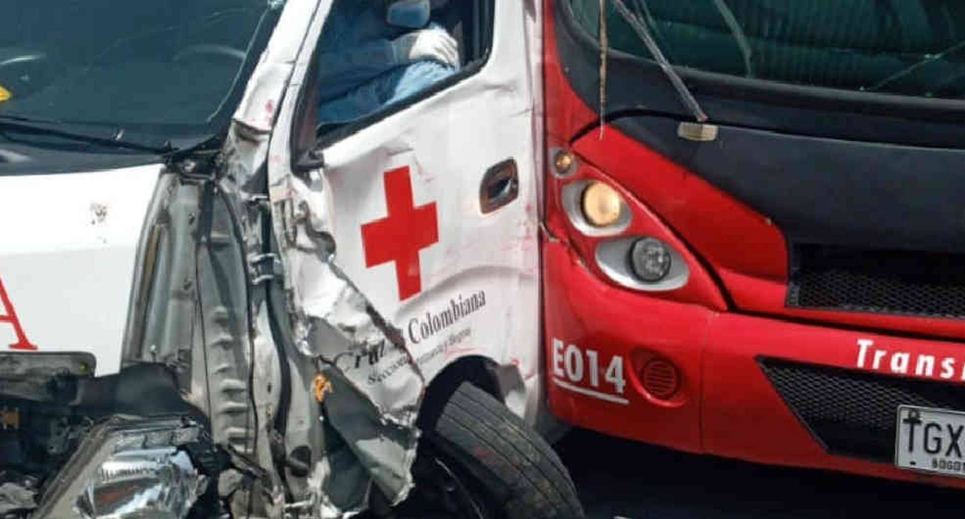 Choque entre dos buses de TransMilenios y una ambulancia en estación Ricaurte