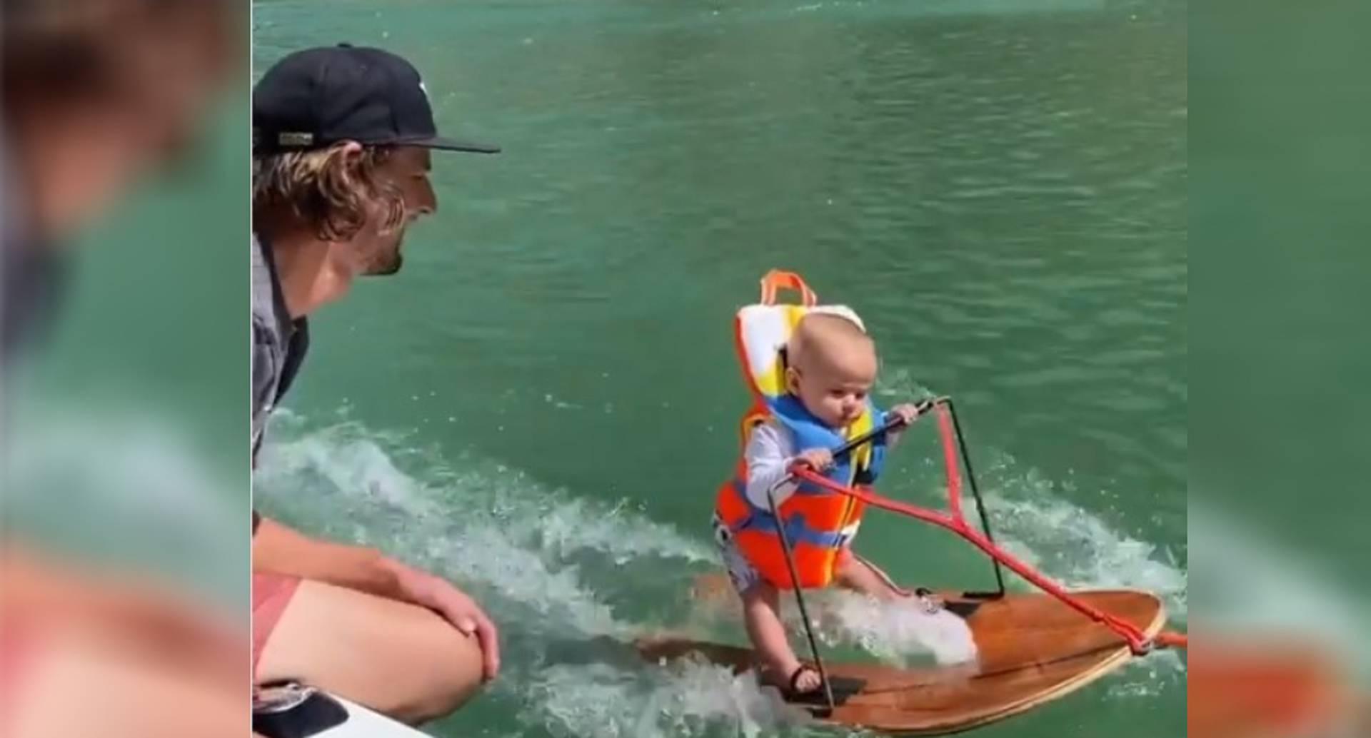 Bebé practicando esquí