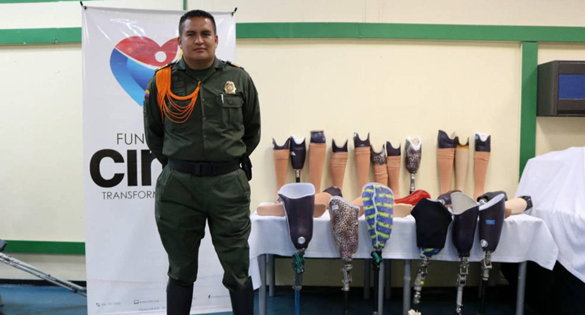El patrullero Luis Carlos Muñoz trabaja en un programa de atención a discapacitados de la fuerza pública.