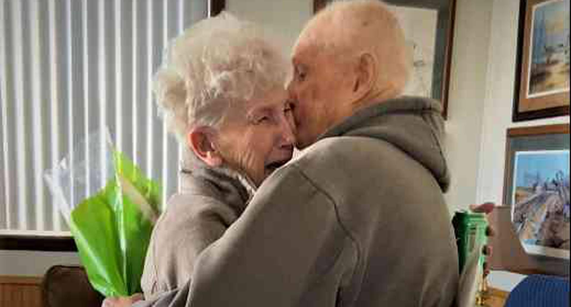 Coronavirus: dos ancianos se reencuentran tras haber sido separados por pandemia