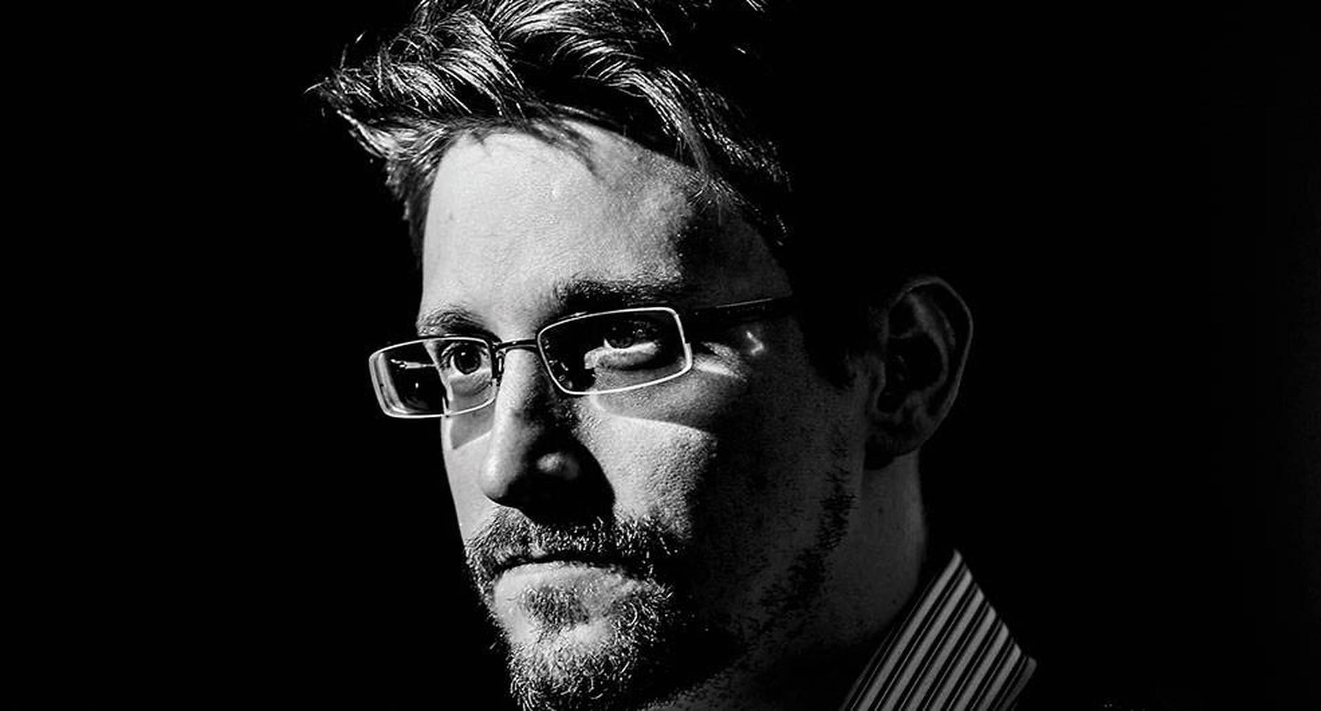 Snowden entró a la CIA a los 22 años a pesar de que no tenía título universitario y de que había obtenido sus conocimientos informáticos por sí mismo.