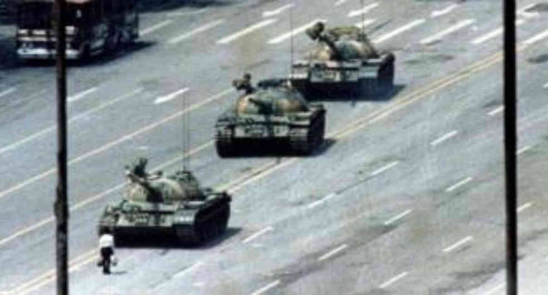 """El """"hombre del tanque"""", también apodado como """"el rebelde desconocido"""", protagoniza la imagen que dio la vuelta al mundo sobre lo que ocurrió en Pekín en junio de 1989."""
