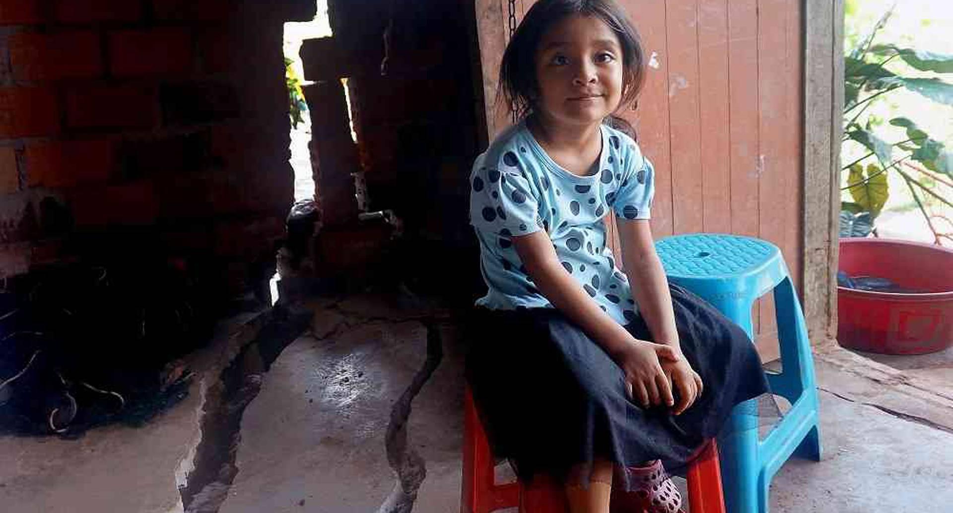 Esta niña está sentada en su casa en Yurimaguas, región amazónica peruana, luego del sismo de 8 grados que sacudió al norte de este país.  Foto: AFP