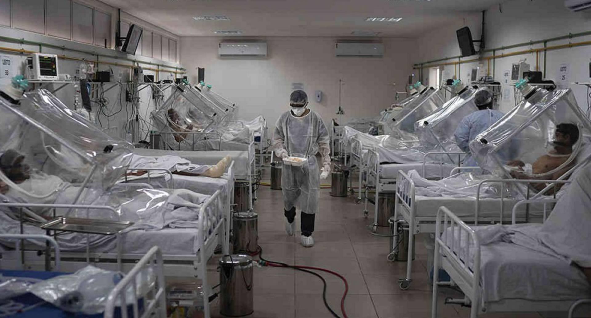 """Imagen de archivo de pacientes covid-19 tratados dentro de un sistema de ventilación no invasivo llamado """"Cápsula Vanessa"""", en el hospital municipal de campo Gilberto Novaes, en Manaos. Mayo de 2020. AP"""