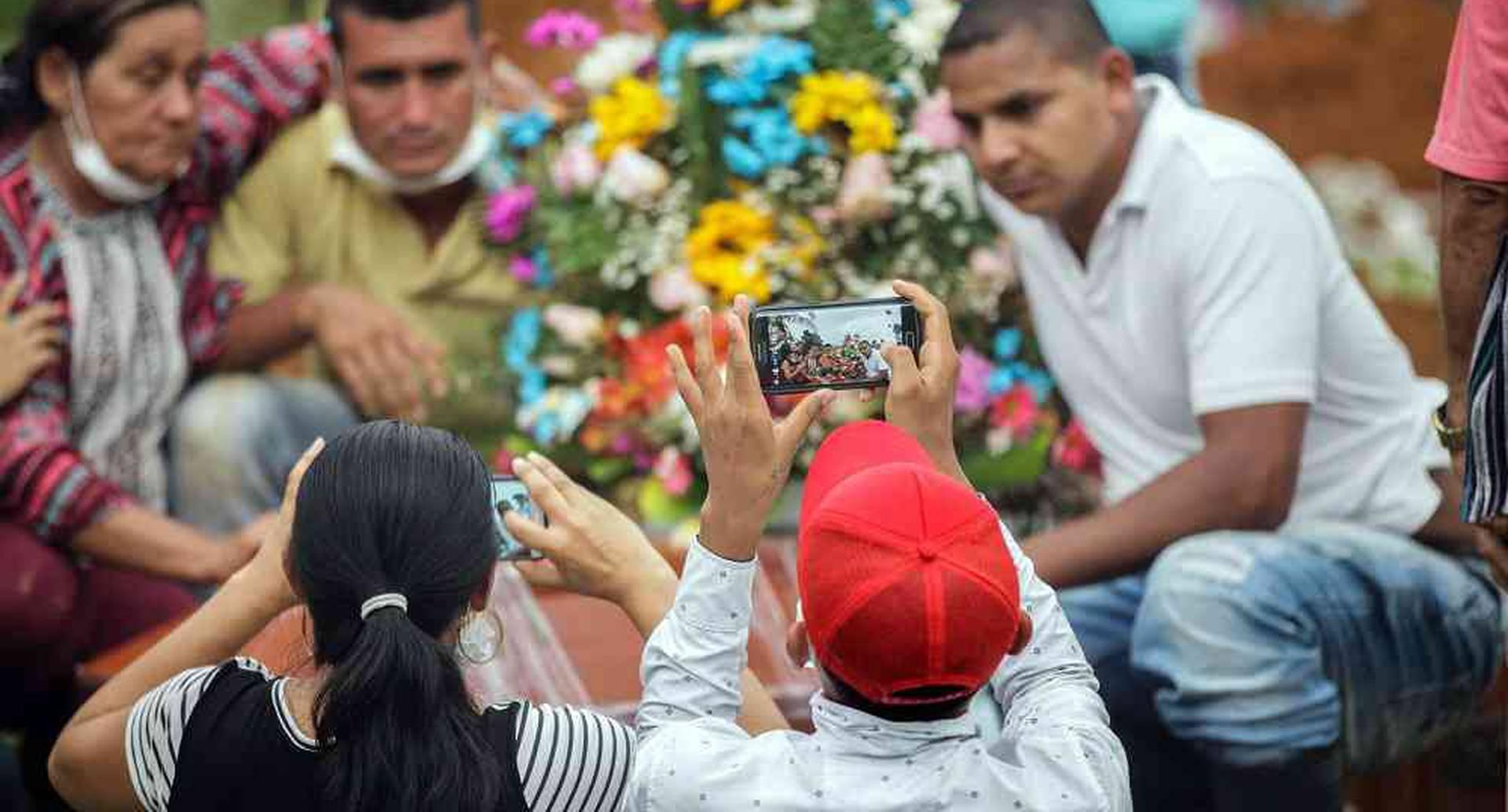 Familiares de las victimas de la avalancha que el pasado 31 de marzo mató a por lo menos 262 personas, se toman una foto en medio del dolor que representa despedir a sus seres queridos, en el Parque Cementerio la Ascensión Normandía, en Mocoa, Putumayo, el lunes 3 de abril de 2017, luego que la noche del 31 de marzo el desbordamiento de los ríos Mocoa, Mulato y Sangoyaco, arrasaran con todo a su paso. Foto: Carlos Julio Martínez / Enviado Especial de Semana