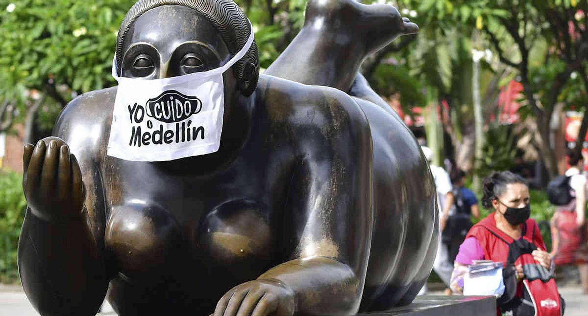 Hasta las esculturas de las gordas de Fernando Botero están usando tapabocas como medida de pedagogía en la ciudad. (AP Photo/Luis Benavides)
