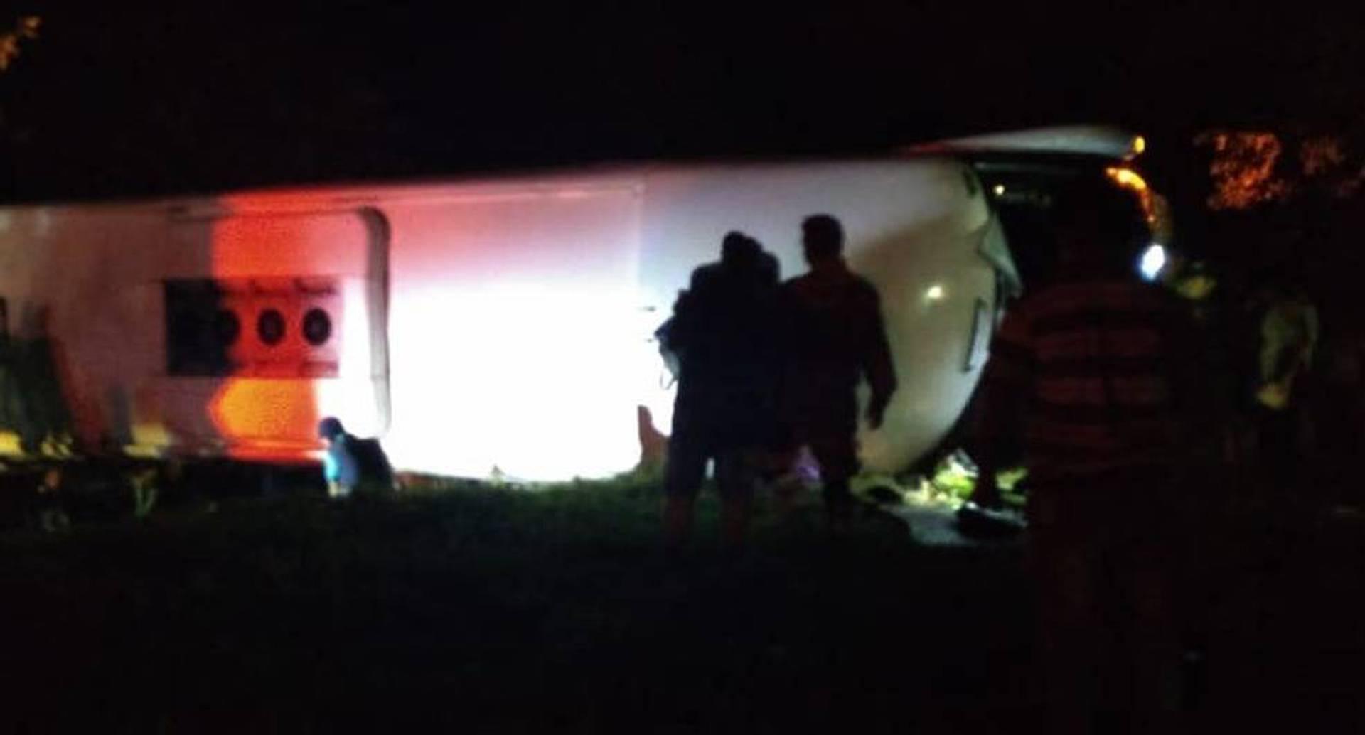 El accidente ocurrió cuando el conductor perdió el control del bus, al parecer por alta velocidad.