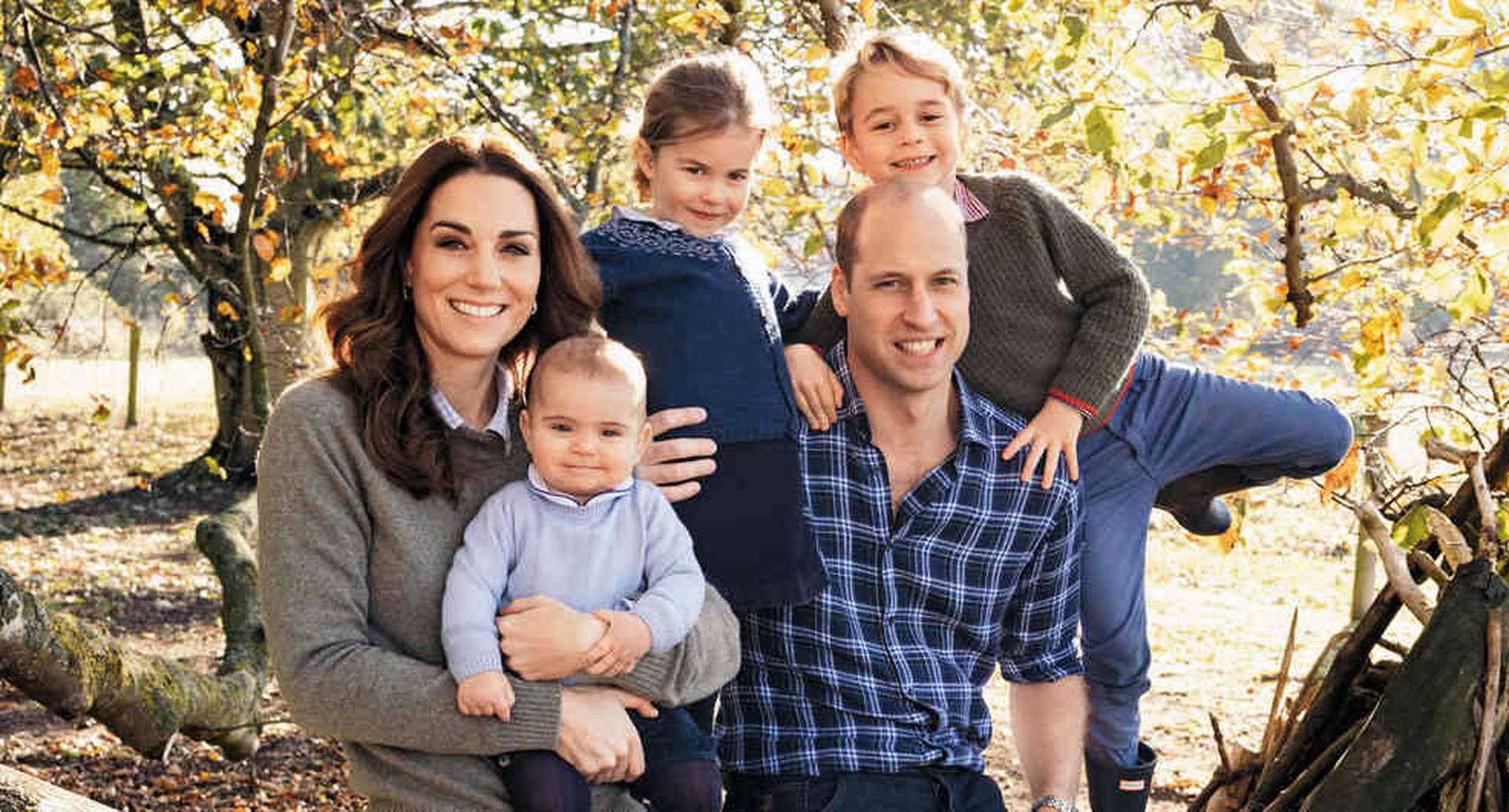 Los Cambridge fueron vistos en pleno por última vez en diciembre pasado, a través de esta foto que adornó su tarjeta de Navidad. A la derecha, el príncipe George, primogénito y futuro rey de Inglaterra.