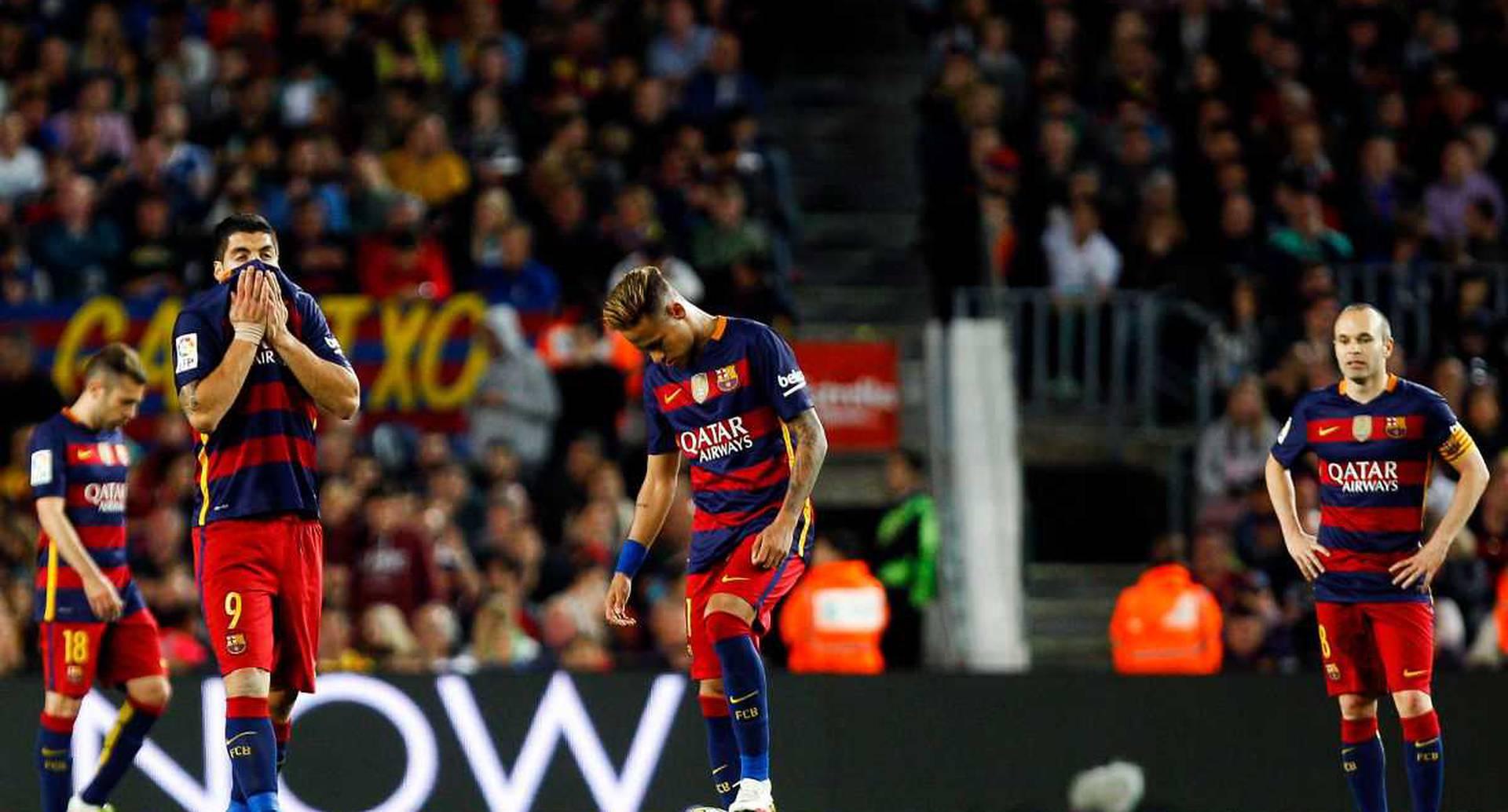 Suárez, Neymar, y al fondo Iniesta, incrédulas ante la mala racha que sorprendió al Barcelona