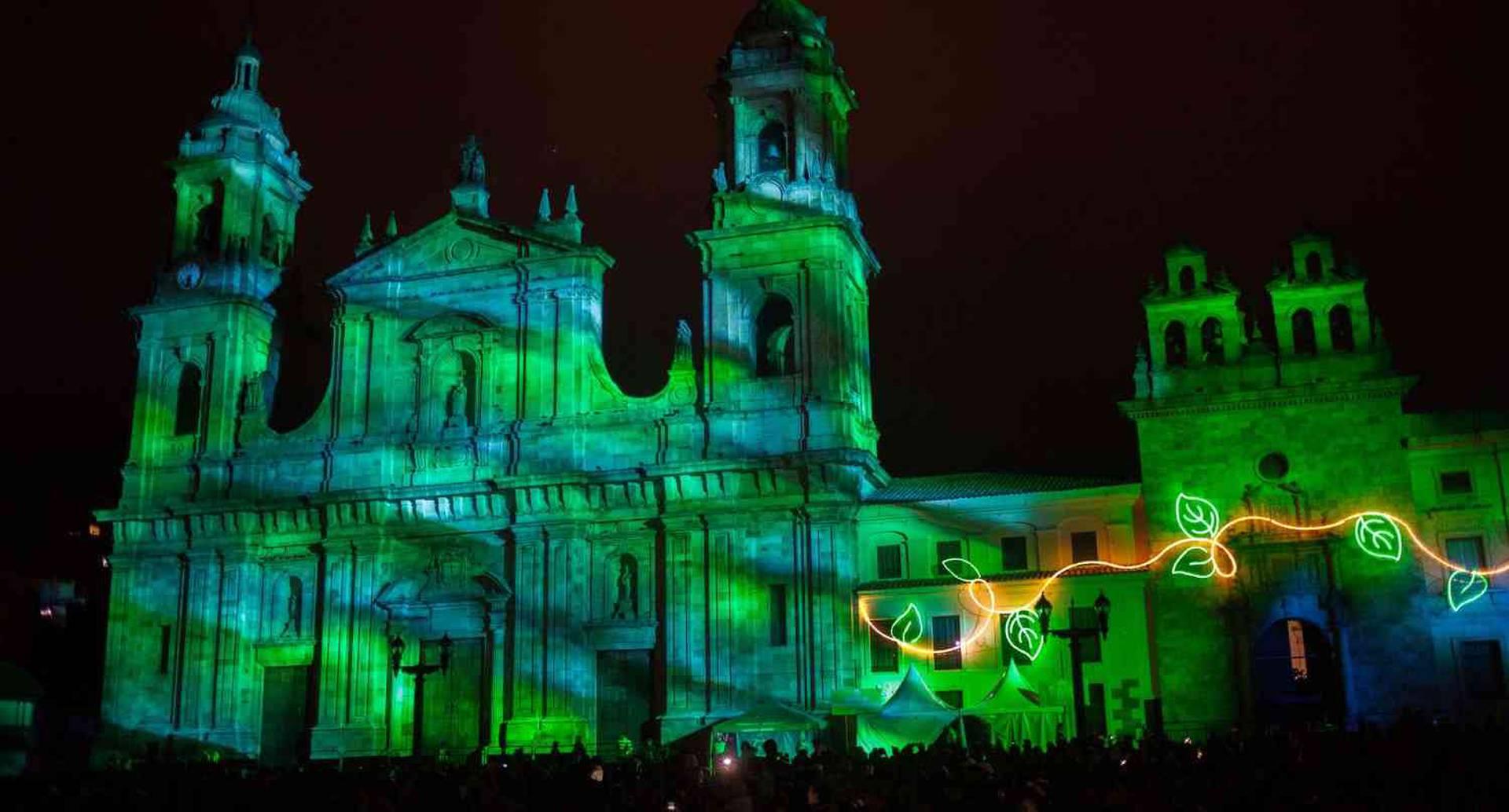 Catedral Primada de Bogotá durante la proyección en gran formato,  que hará un recorrido por la biodiversidad de la flora y fauna colombianas,  que pintarán el cielo bogotano de figuras y colores. (Juancho Torres - Agencia Anadolu)