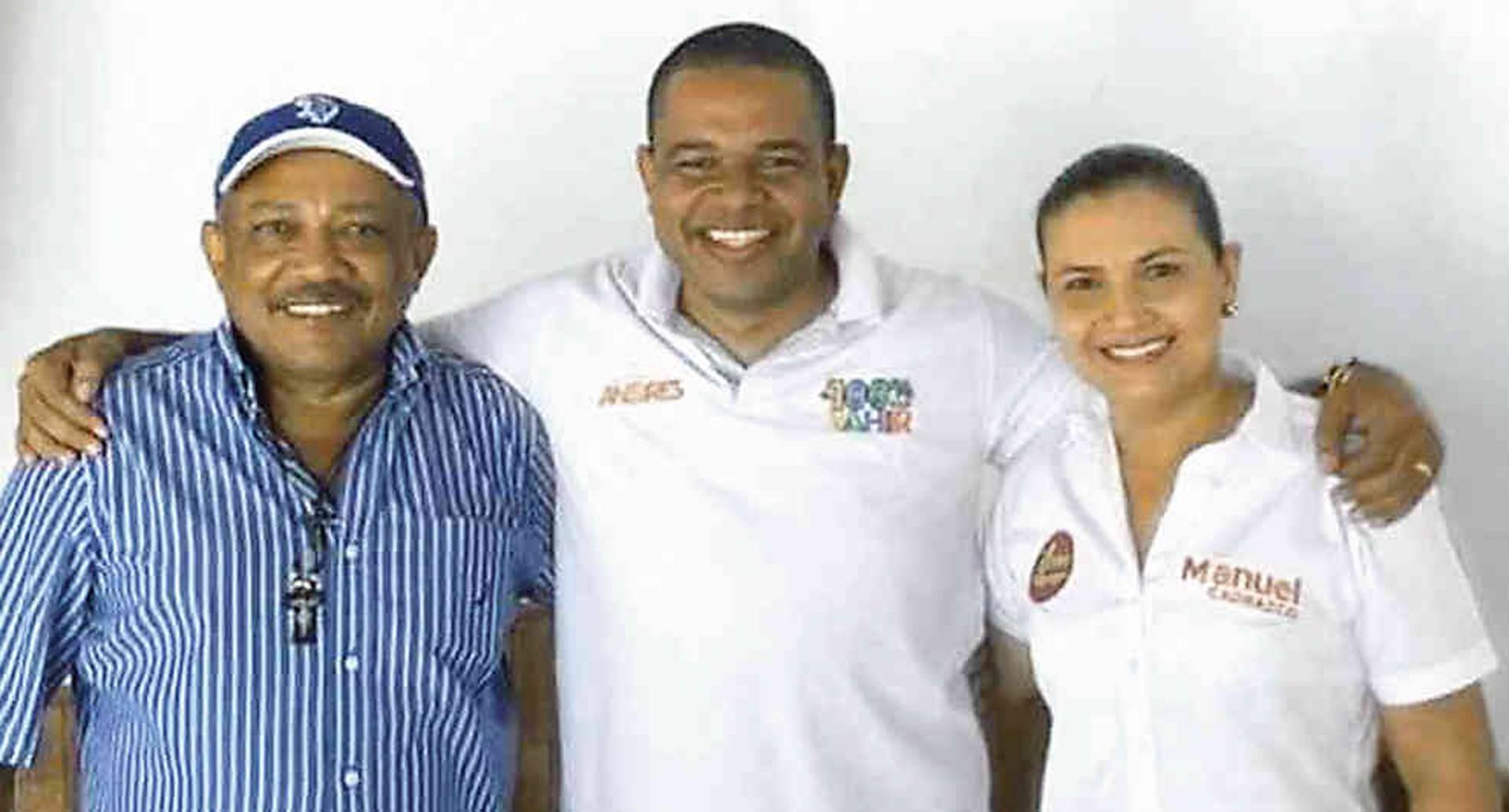 Los capturados Manuel Cadrazco y su esposa Milagro Martelo junto a Yahir Acuña (centro), candidato a la gobernación de Sucre.