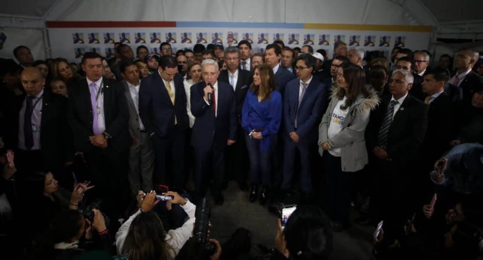 Luego de la emisión de un video en donde se exaltaba su gestión como presidente, hacia las ocho de la noche, Álvaro Uribe llegó a la sede del Centro Democrático y dio un discurso de una hora y cuarto en el que explicó las razones de su inocencia.