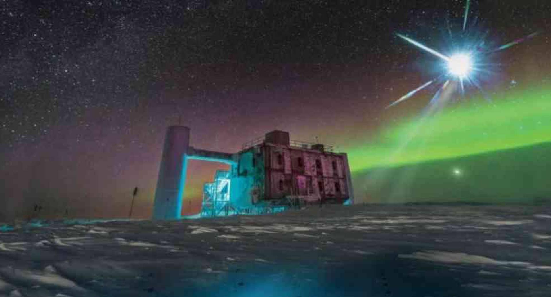 Sobre la superficie antártica se ve solamente el laboratorio de IceCube. Debajo están los detectores del telescopio de neutrinos en un kilómetro cúbico de hielo. Foto: ICECUB NSF.