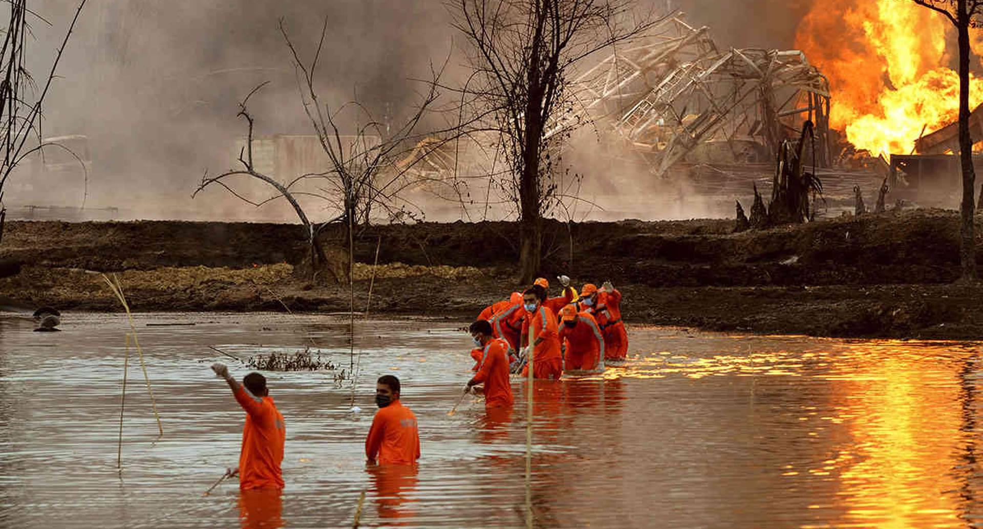 Personal de la Fuerza Nacional de Respuesta a Desastres de la India desarrolla una operación de rescate, luego de que un pozo de petróleo explotara en Baghjan, distrito de Tinsukia, en el noreste del Estado Assam, el 10 de junio. El incendio acabó con la vida de dos bomberos y obligó a casi 8.000 personas a abandonar sus hogares. Foto: Partha Sarathi Das/ AP