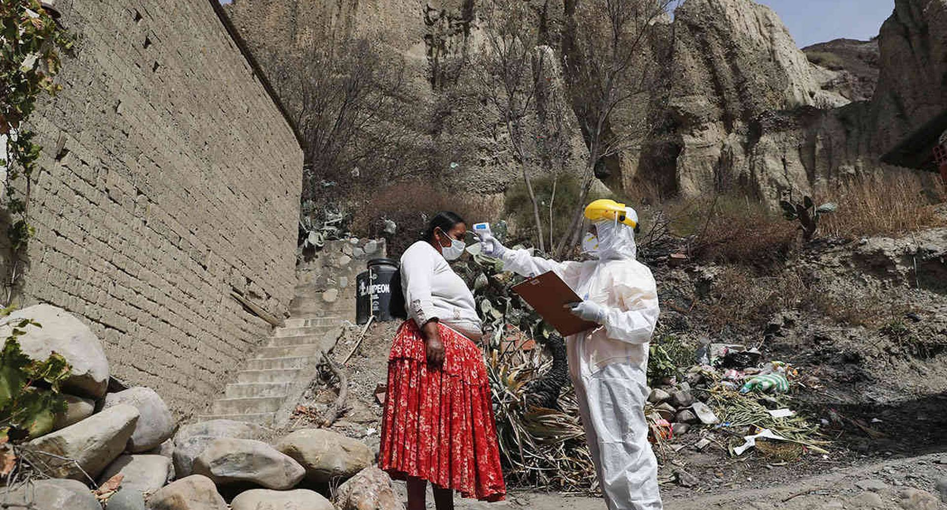En Bolivia están desarrollando una campaña de pruebas de coronavirus de casa en casa. Esta semana, la presidenta Jeanine Áñez dio positivo. La imagen fue tomada en Avircato, el 7 de julio. Foto: Juan Karita / AP