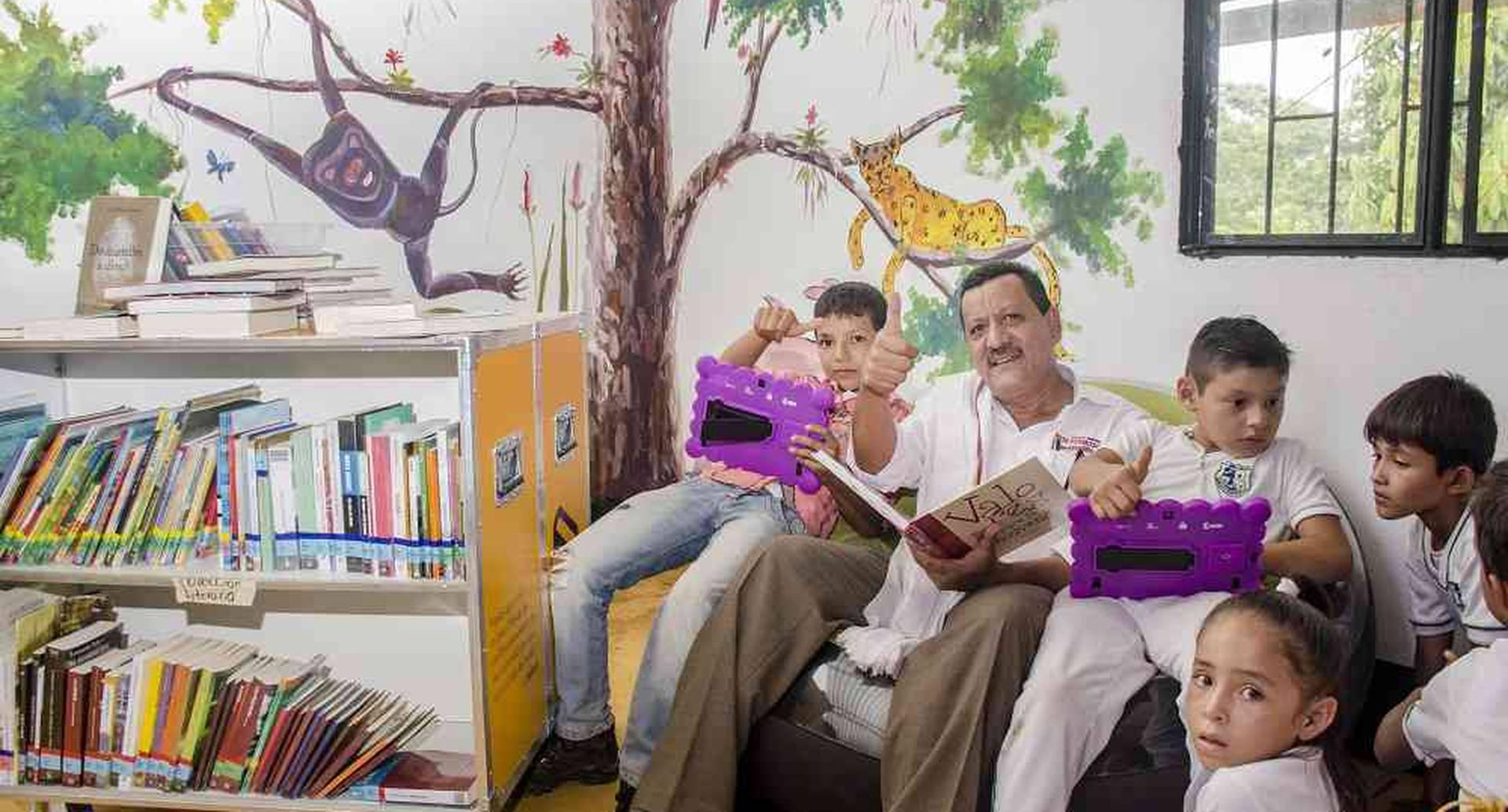 Marco Gordillo, el alcalde del municipio de Vista Hermosa, Meta,  se muestra feliz por la construcción de la biblioteca publica móvil en la escuela de la vereda La Cooperativa. Foto:  Diana Rey / SEMANA