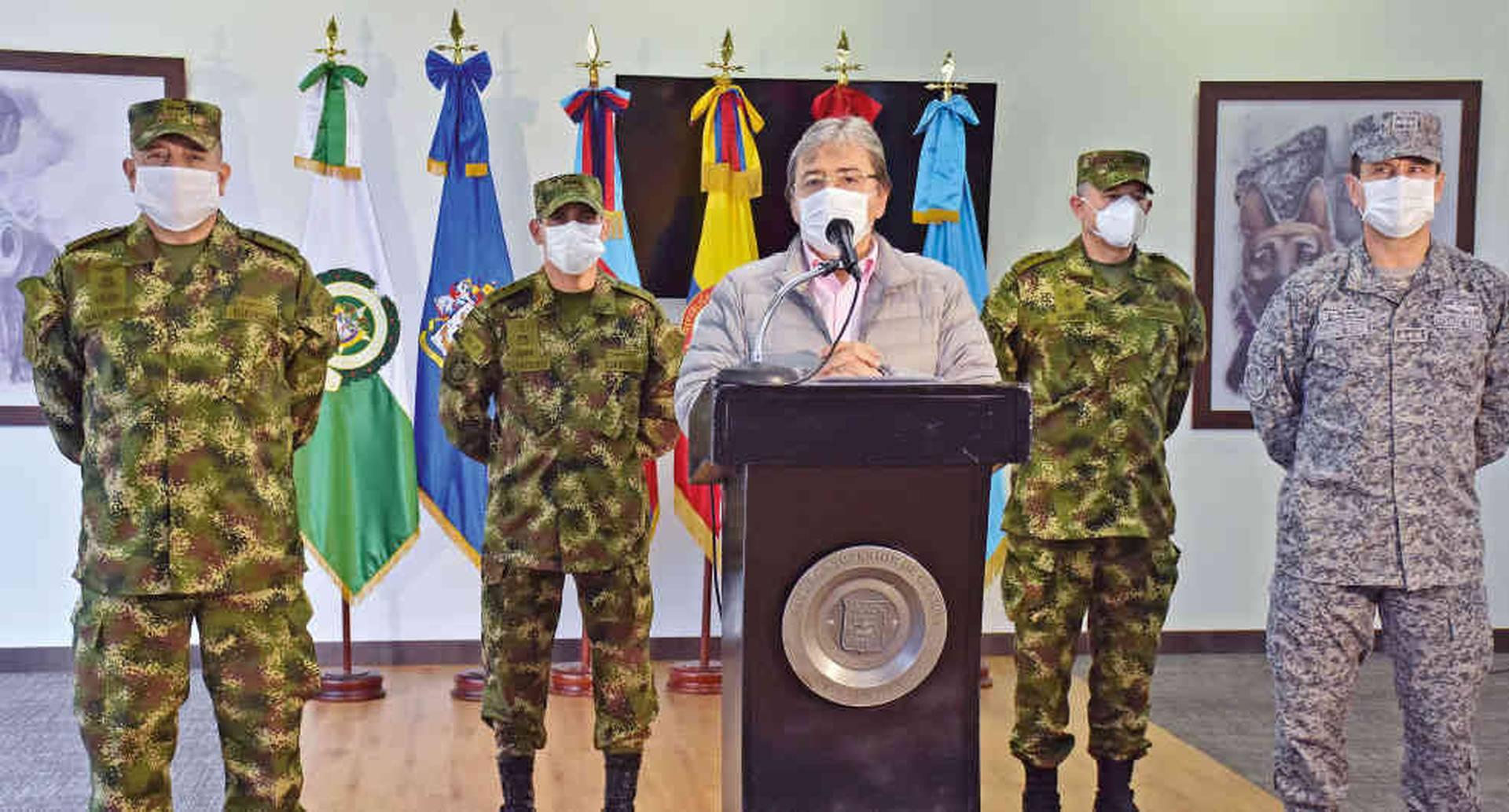El ministro de Defensa, Carlos Holmes Trujillo, y la cúpula militar ofrecieron una rueda de prensa para informar el retiro de 11 oficiales del Ejército producto de las denuncias sobre irregularidades en las operaciones de inteligencia.