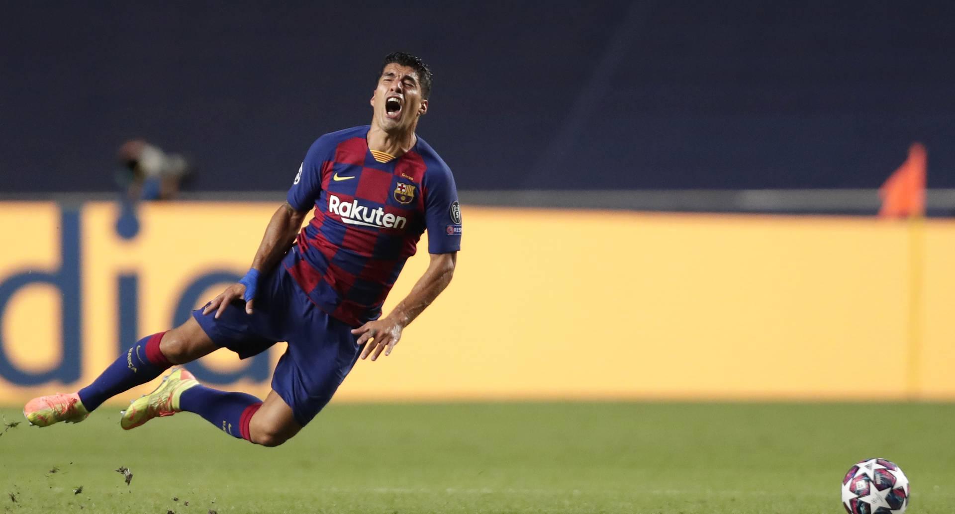 El delantero uruguayo Luis Suárez tras recibir una falta en el partido contra Bayern Múnich por los cuartos de final de la Liga de Campeones, en Lisboa, el viernes 14 de agosto de 2020. (AP Foto/Manu Fernández/Pool)