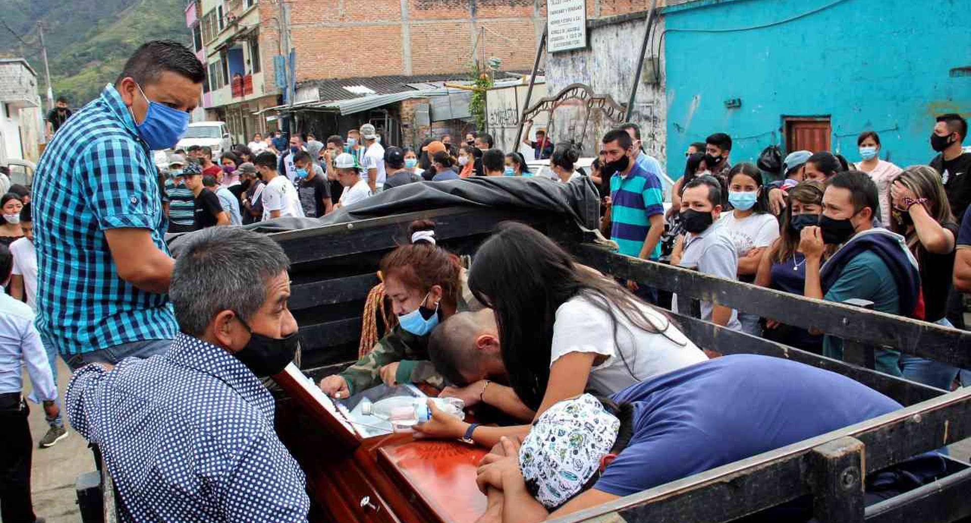Las dolorosas imágenes de los familiares de las víctimas de la masacre en Samaniego (Nariño).