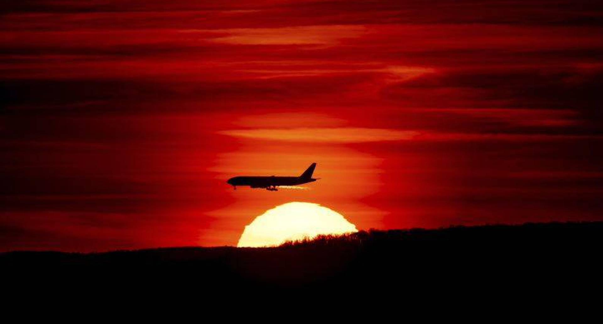 27 de marzo - Un avión de pasajeros se aproxima al Aeropuerto Internacional de Newark Liberty, N.J. mientras se pone el sol. FOTO:  J. David Ake/AP