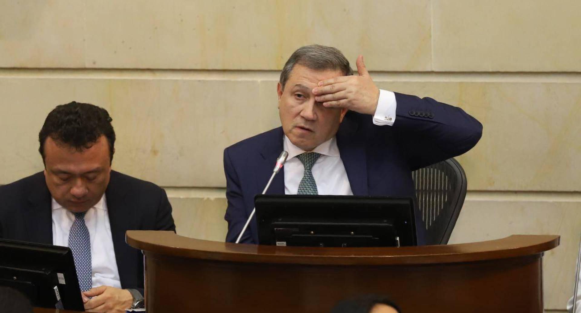 Ernesto Macías, senador del Centro Democrático, se despidió de la presidencia del Senado de la misma forma como comenzó: cargado de controversia.