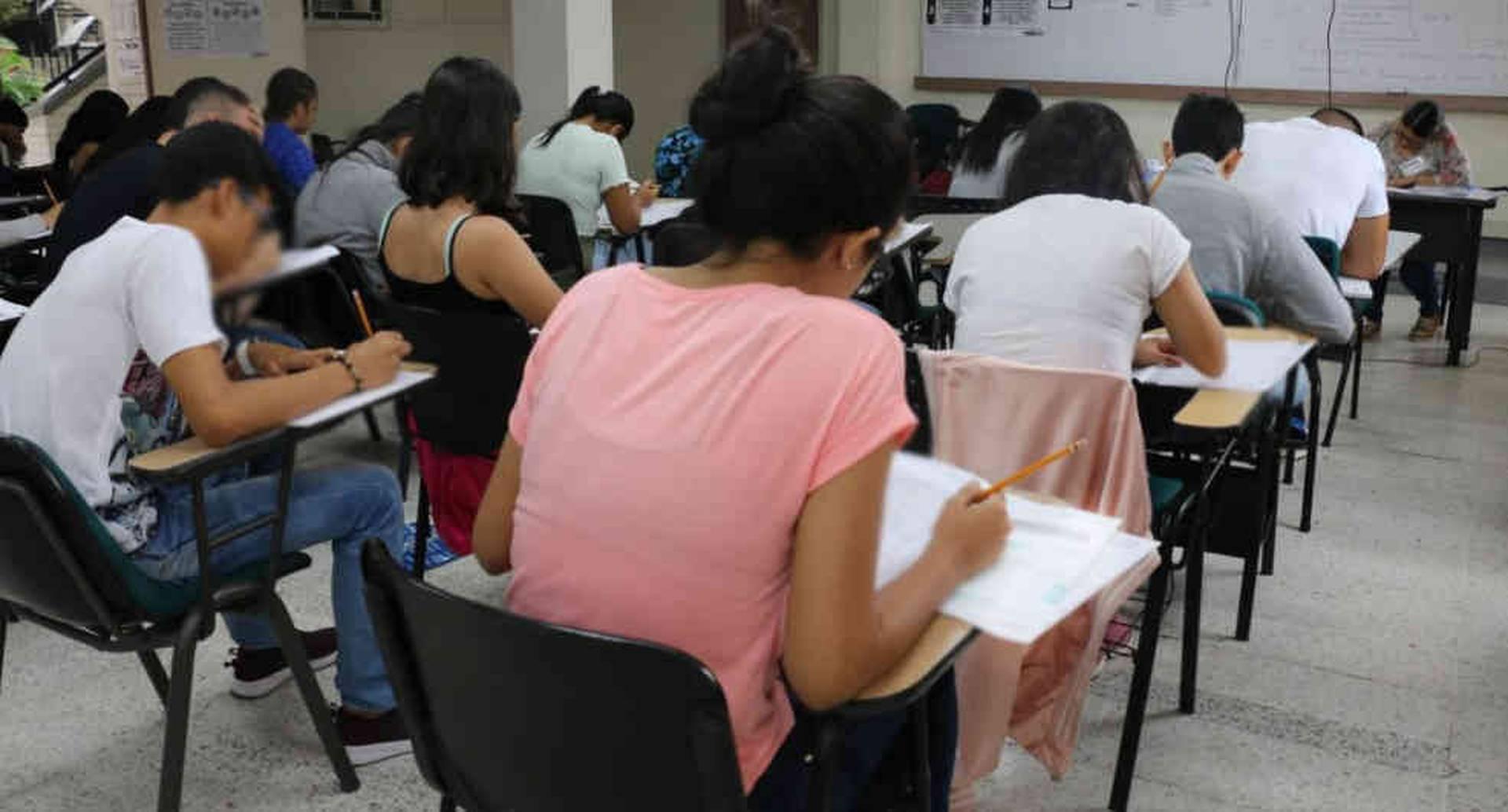 La falta de acceso a un computador con internet dificulta la realización de clases virtuales en las instituciones.
