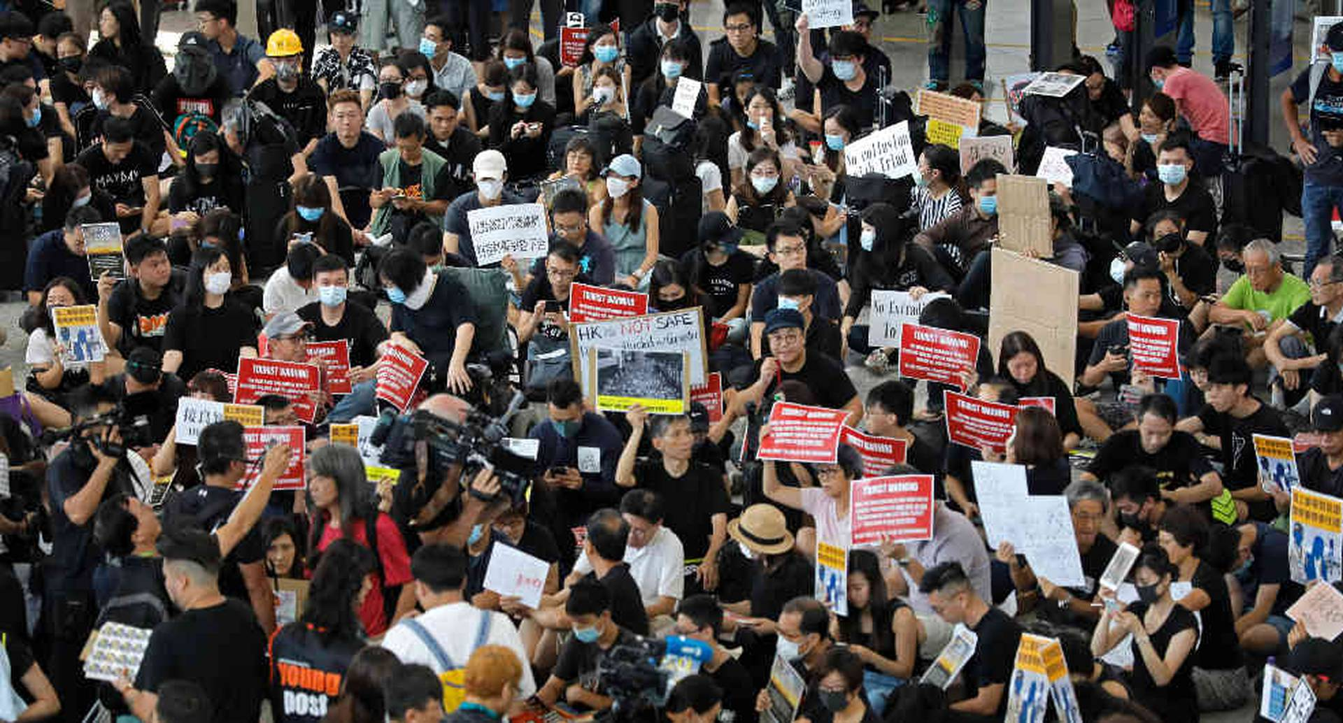 Los protestantes se reunieron en el Aeropuerto Internacional de Hong Kong este viernes. Foto: AP
